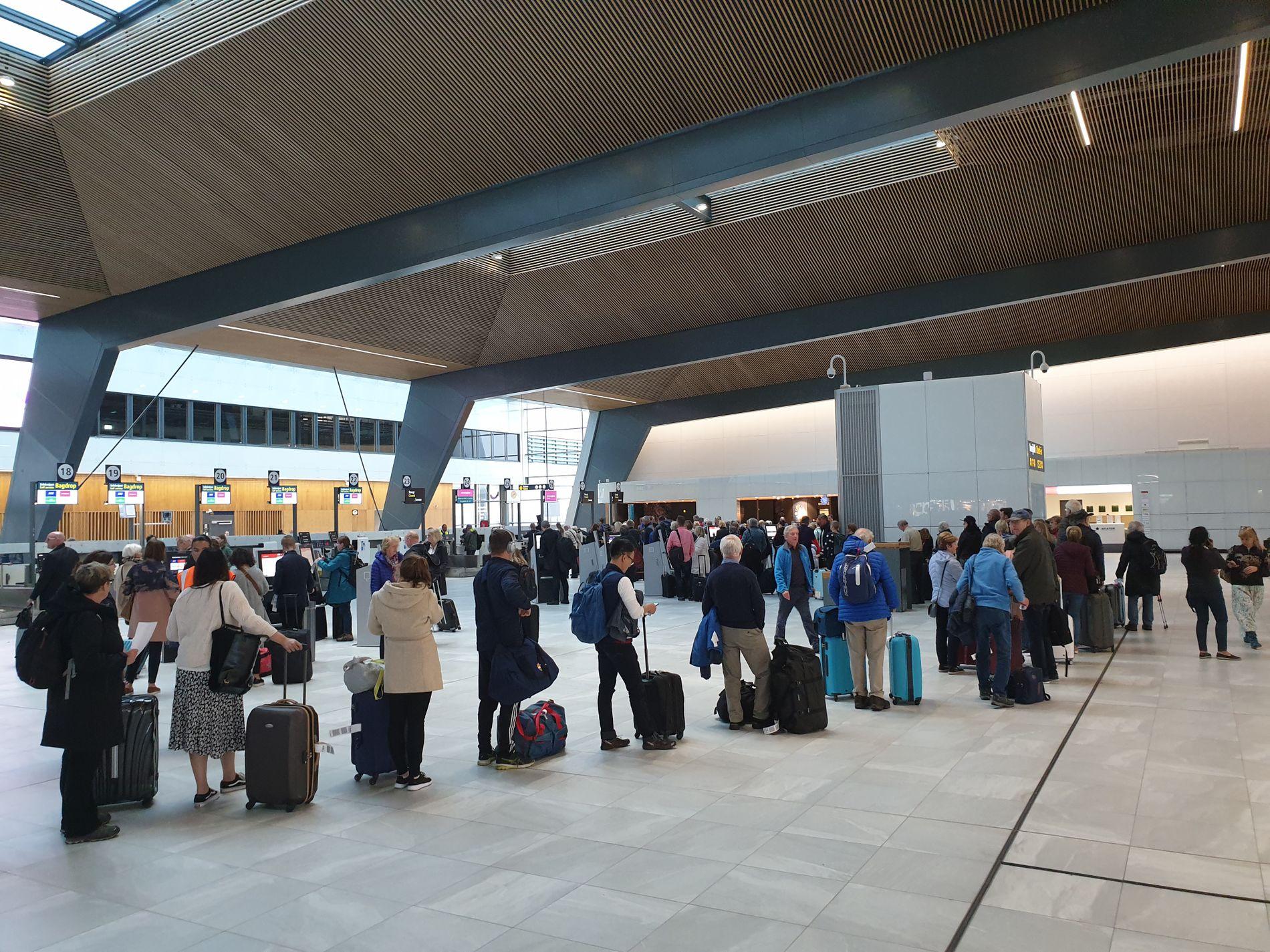 FORSINKELSER: Det var lange køer ved innsjekkingen på flyplassen torsdag ettermiddag.