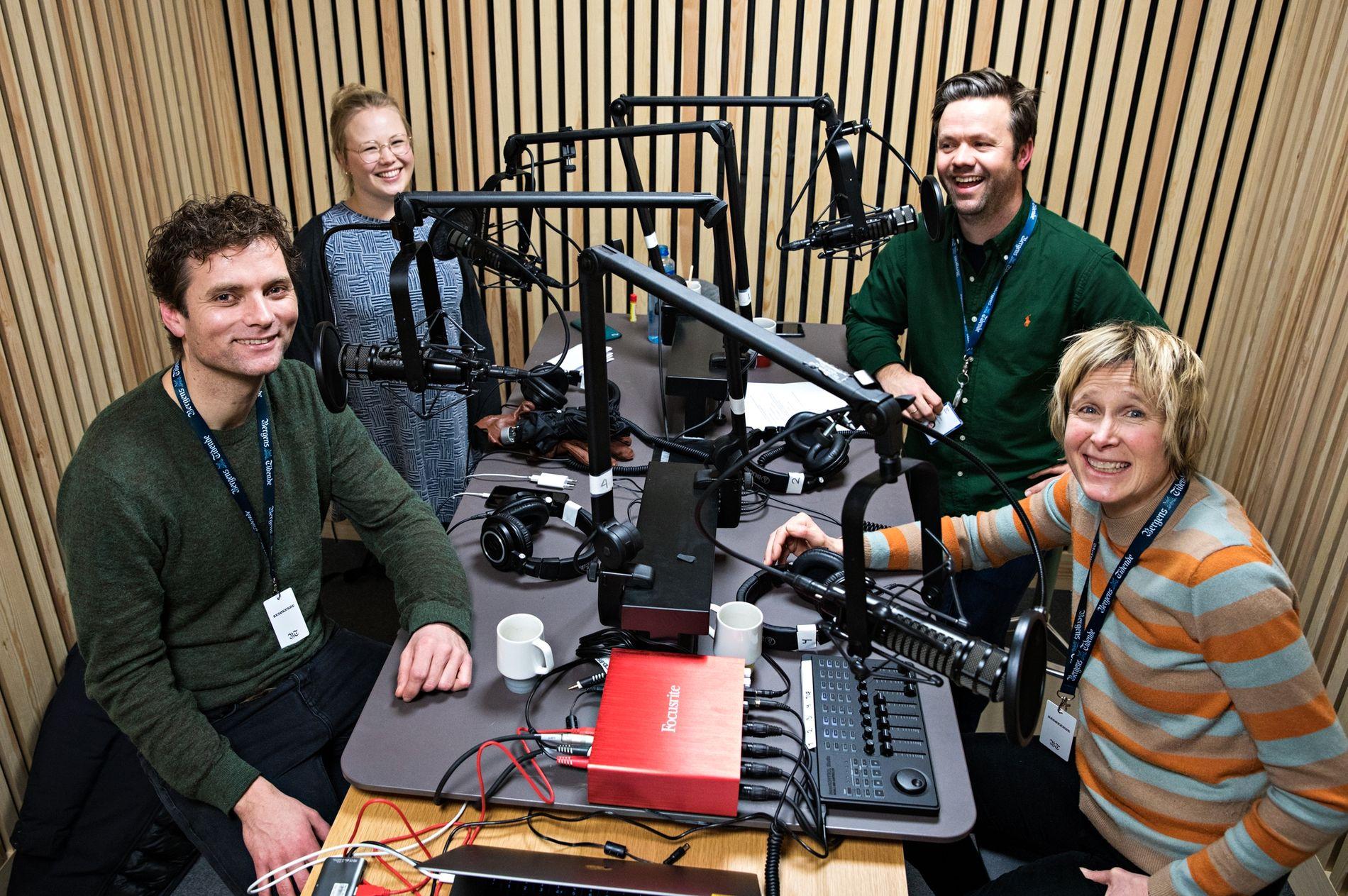 DOBBELT SÅ MANGE SEERE SOM «SKAVLAN»: Linda Eide har for tiden mer enn dobbelt så mange seere som «Skavlan», med sitt «Eides Språksjov». Her er hun i BTs studio sammen med Morten Svartveit. Bak ser vi BT-journalistene Guro H. Bergesen og Kjetil K. Ullebø.