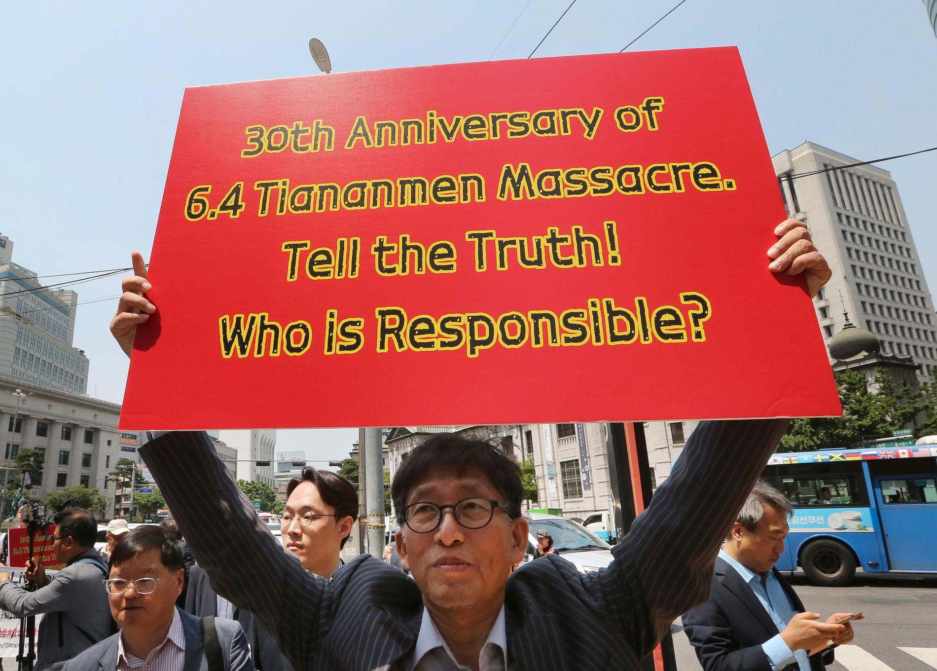 KRITISERER: Demonstranter i Sør-Koreas hovedstad Seoul kritiserte tirsdag både kinesiske myndigheter for massakren på Den himmelske freds plass for 30 år siden, og sitt eget lands myndigheter for taushet om det som skjedde.