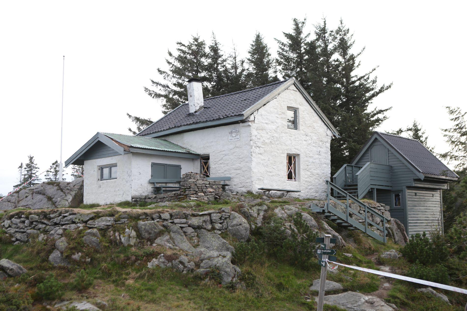 EKSPLOSJON: Rutene er knust og det er store skader på Fjell-hytten etter ulykken. Politiet har sperret av området rundt hytten.