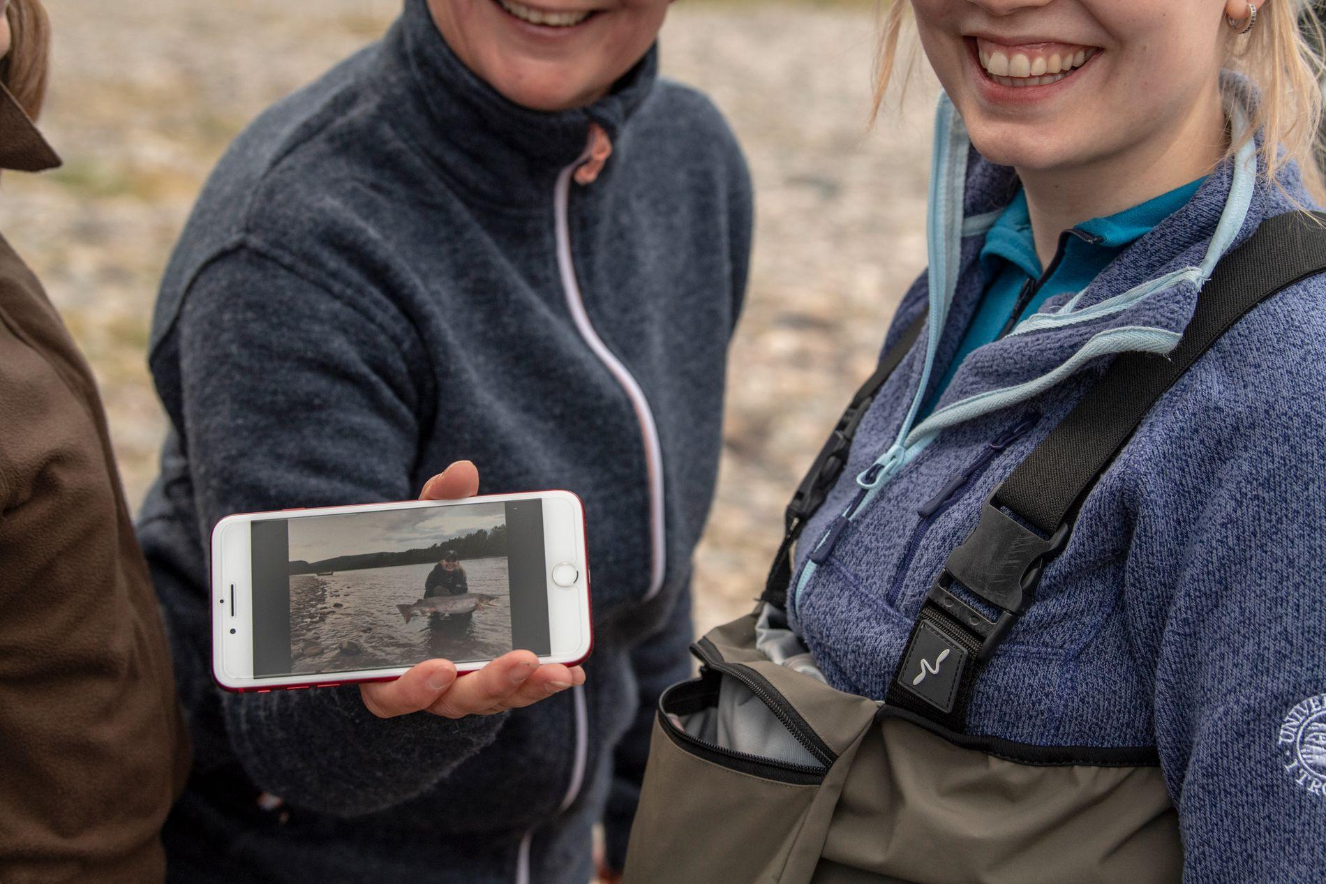 Det lokale engasjementet rundt laksefiske er unikt i Alta. Her har akkurat en laks på ti kilo blitt landet og foreviget av førstegangsfisker Marianne Haukland.