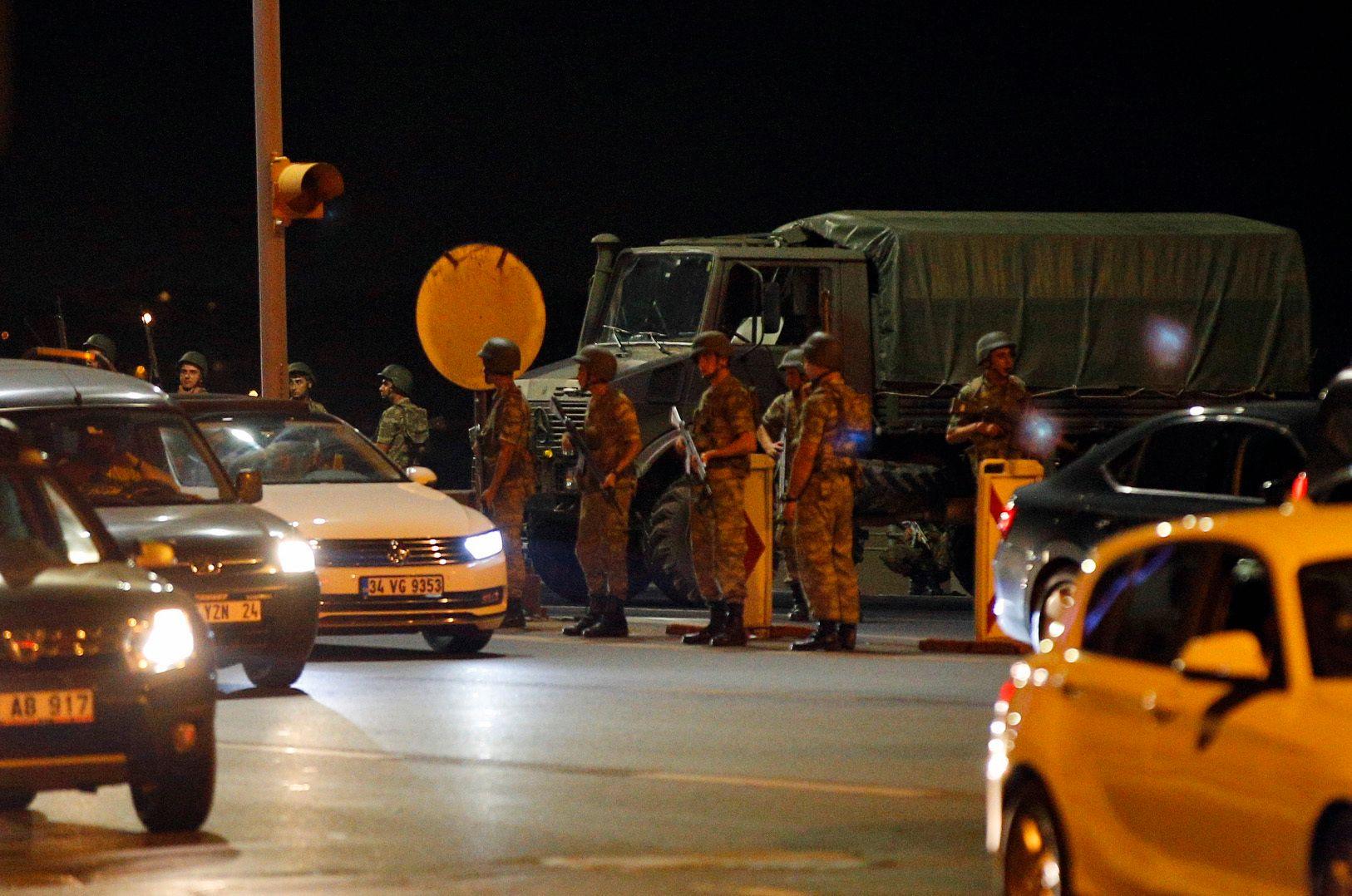 KAOTISK: Soldater i Istanbul sent fredag kveld.