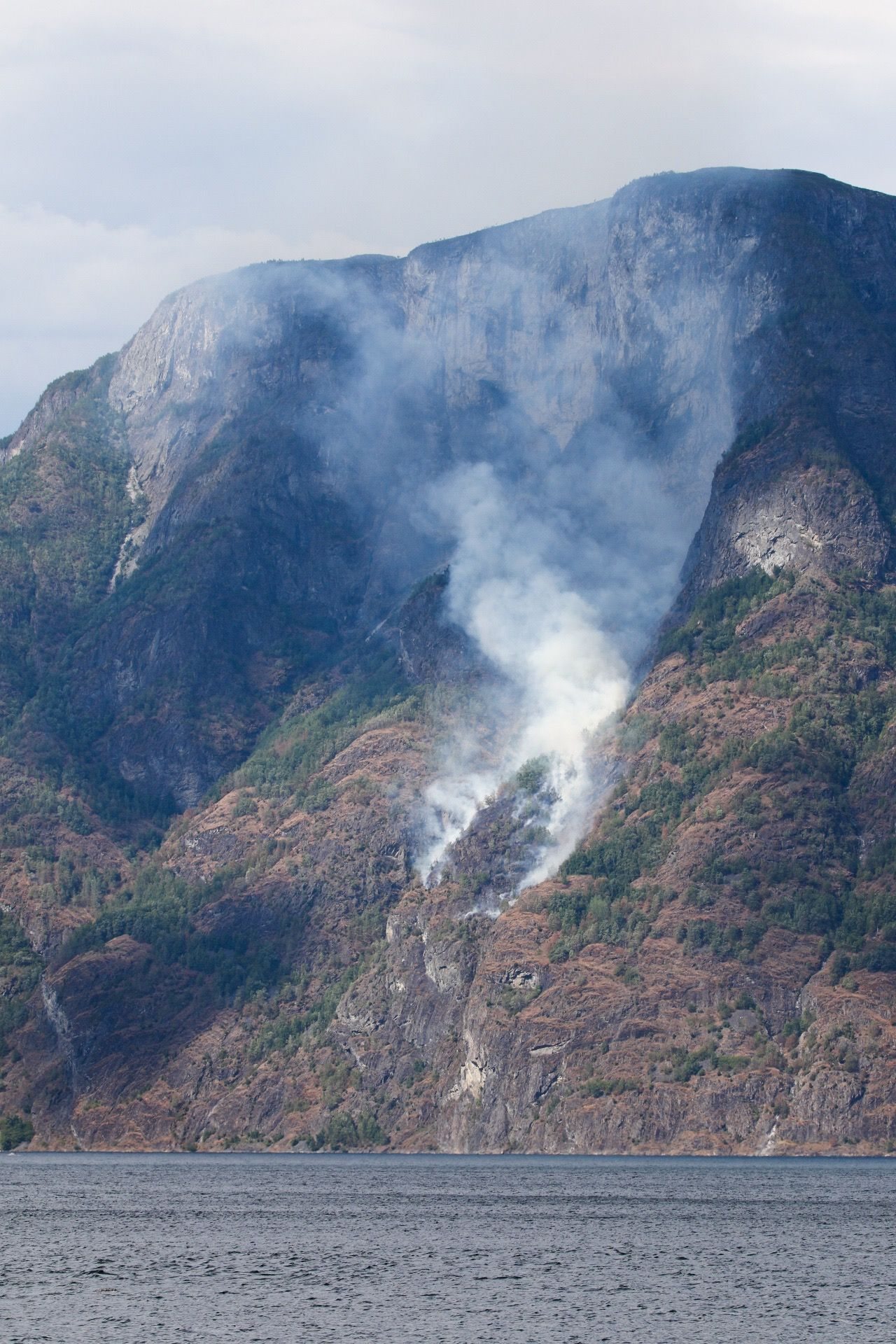 RØYK: Brannen i fjellsiden i Aurland var godt synlig i 15-tiden lørdag ettermiddag.