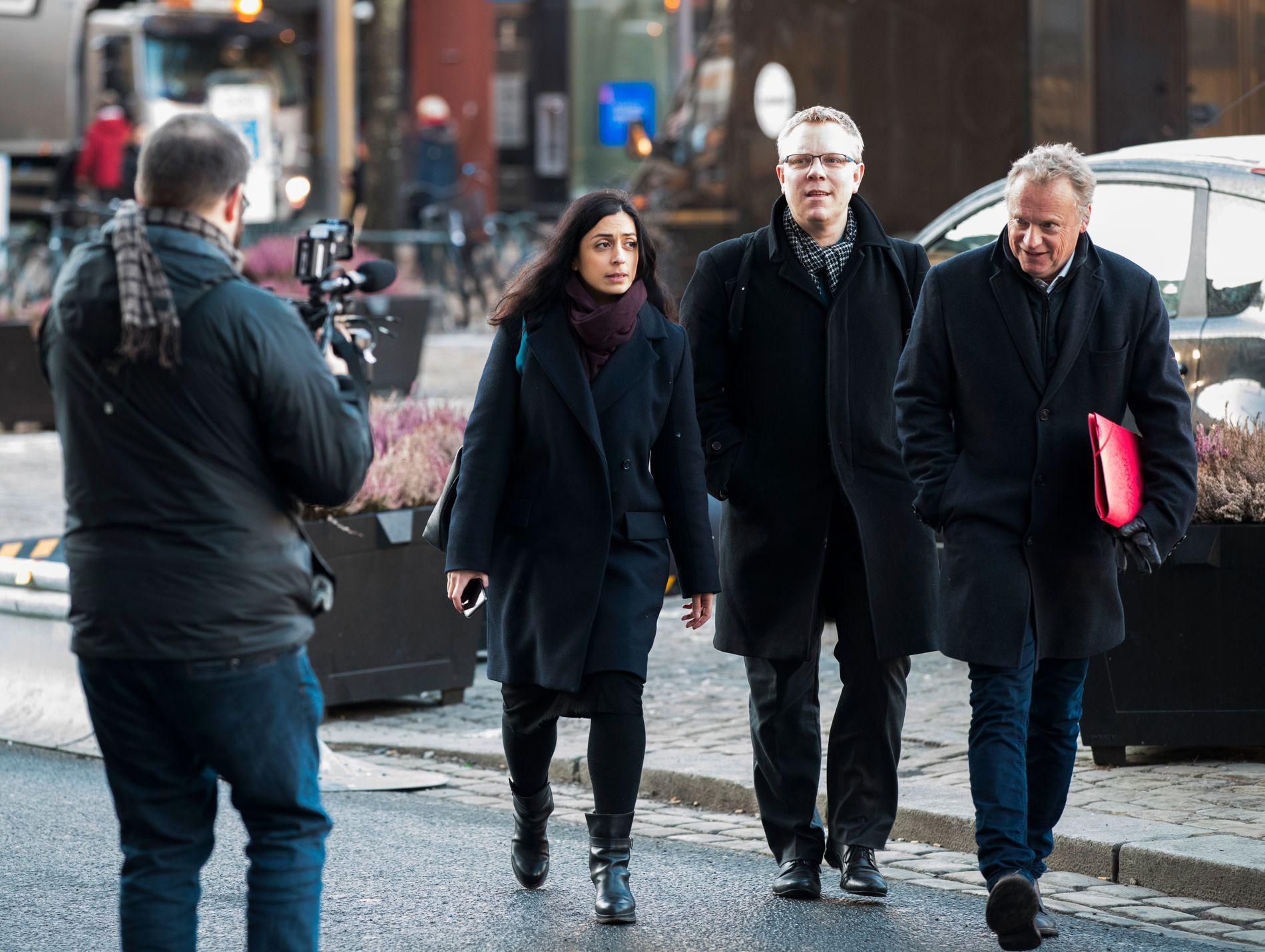 I MØTE: Hadia Tajik, Snorre Wikstrøm og Raymond Johansen på vei inn til sentralstyremøte tidligere mandag.