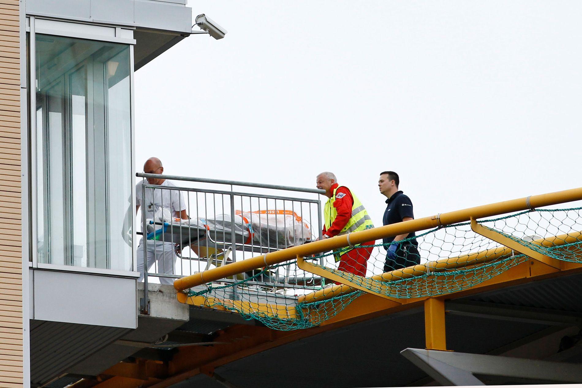 MANGE SKUTT: Flere personer er meldt omkommet og skadet etter skytingen på AUFs sommerleir på Utøya fredag ettermiddag. Her blir en skadet person fraktet inn på Ullevaal sykehus i Oslo fra ambulansehelikopteret.