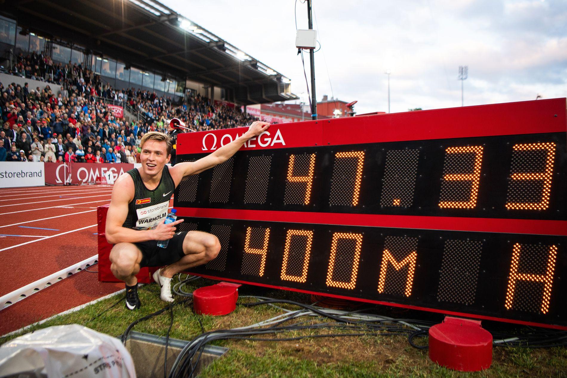 Karsten Warholm peker på tiden som ga Bislett-seier og europarekord på 400 meter hekk.