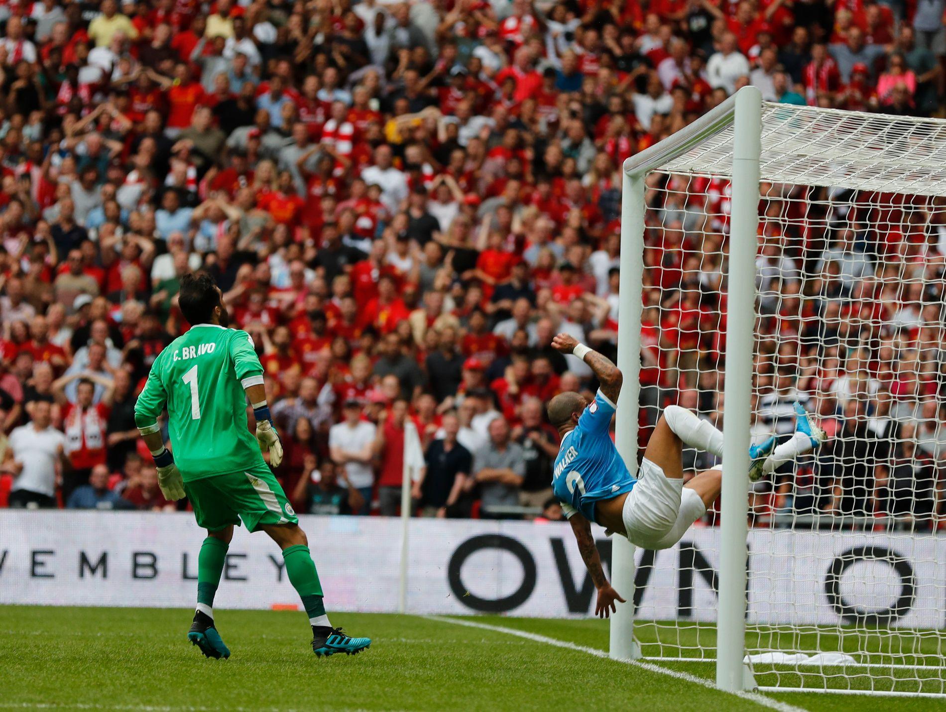 Kyle Walker vartet opp med en spektakulær heading da Mohamed Salahs heading var på vei mot mål.