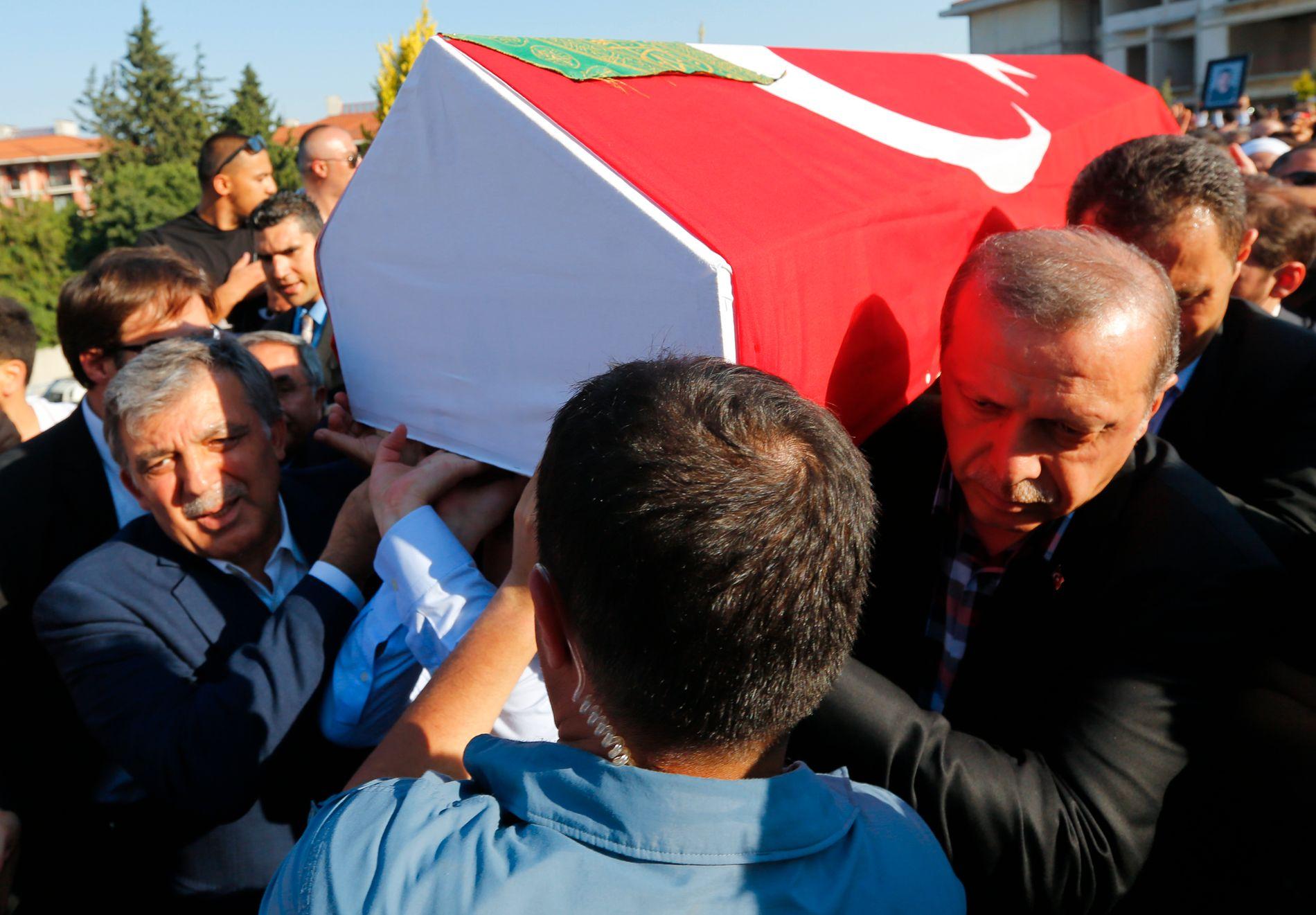 I BEGRAVELSE: Tyrkias president Recep Tayyip Erdogan bærer kisten til et av ofrene i Istanbul.