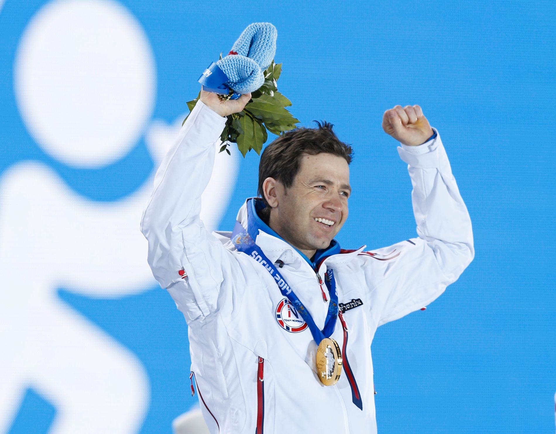 I 2014 tok Ole Einar Bjørndalen sesongens første seier da det gjaldt som mest: På Sprinten i Sotsji-OL. Her jubler han med medaljen rundt halsen.