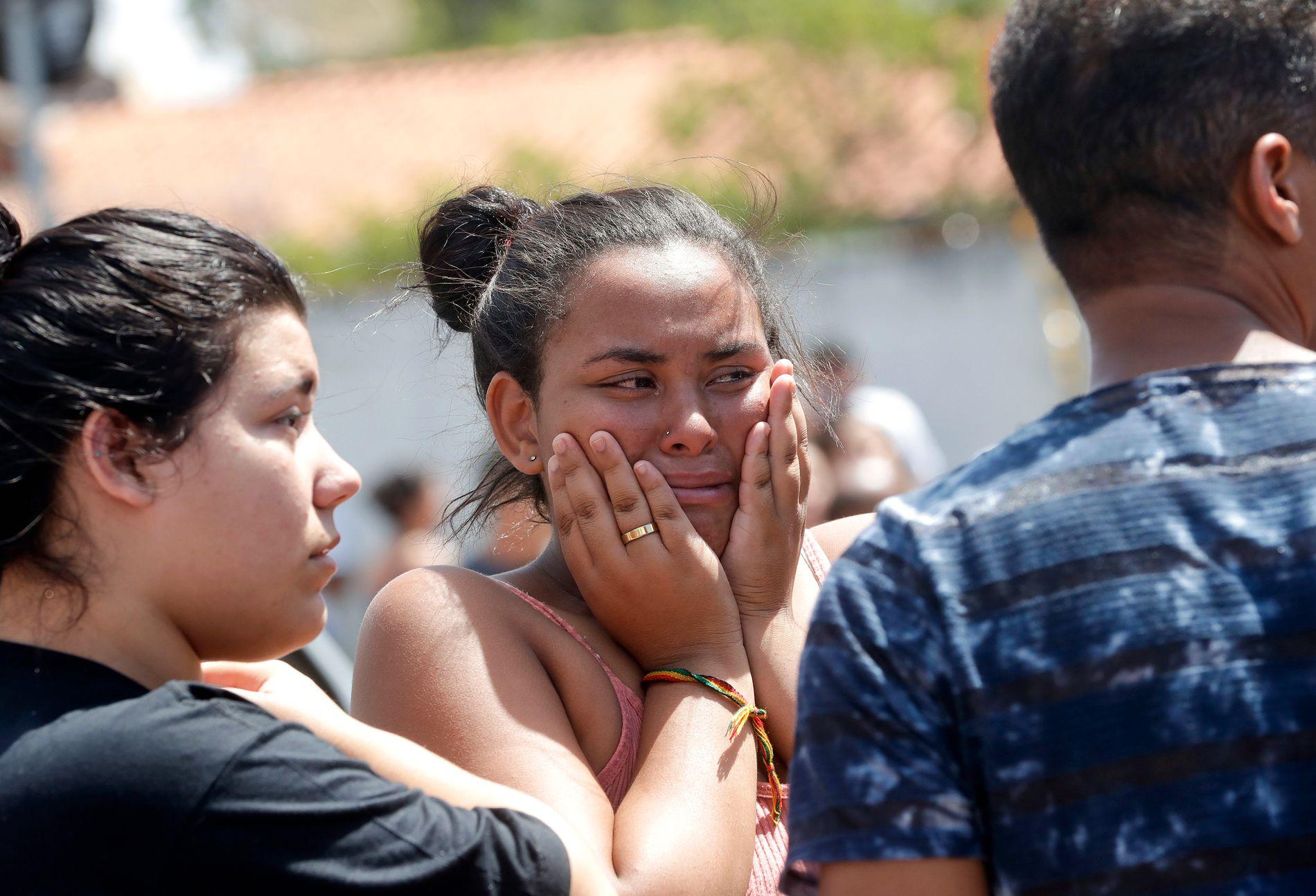 Fortvilte elever fotografert utenfor den offentlige skolen Raul Brasil i São Paulo-forstaden Suzano, hvor to gjerningspersoner åpnet ild mot elevene før de skjøt seg selv. Foto: Andre Penner / AP / NTB scanpix