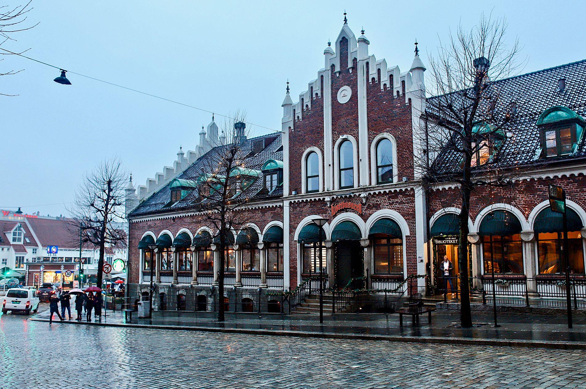 FRA MARKED TIL RESTAURANT: I dag rommer Kjøttbasaren restauranten Egon i sokkeletasjen, i andre etasje finner man restaurantene Bien Basar og 1877, samt kaffekjeden Starbucks. I toppetasjen ligger Biblioteket bar.
