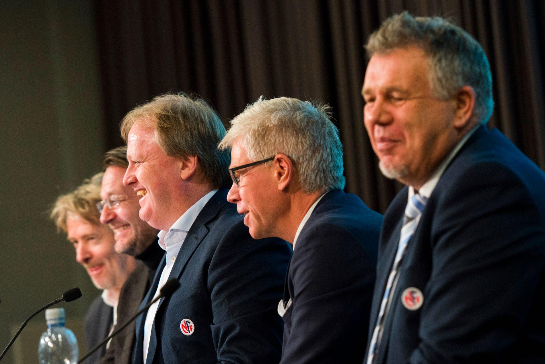 HUMØR: Det var god stemning da medieavtalen som sikrer norsk fotball 2,4 milliarder kroner ble presentert i desember. Kjetil Siem (generalsekretær, NFF), Leif Øverland (Norsk Toppfotball), Yngve Hallén (fotballpresident), Harald Strømme (Discovery) og Torry Pedersen (VG) smilte alle godt.