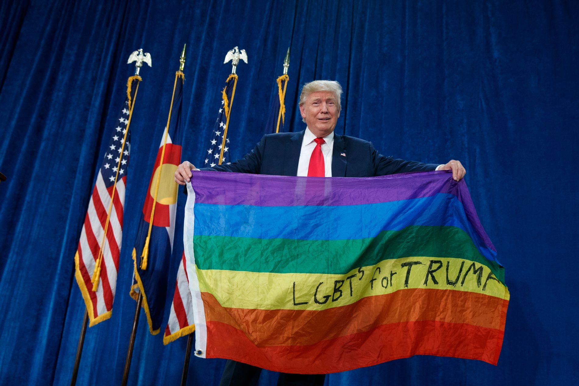 FLAGGET: President Donald Trump har sviktet LHBT-befolkningen han lovet å hjelpe, skriver BT på lederplass. På bildet lar Trump regnbueflagget blafre på et valgkamparrangement i Colorado.
