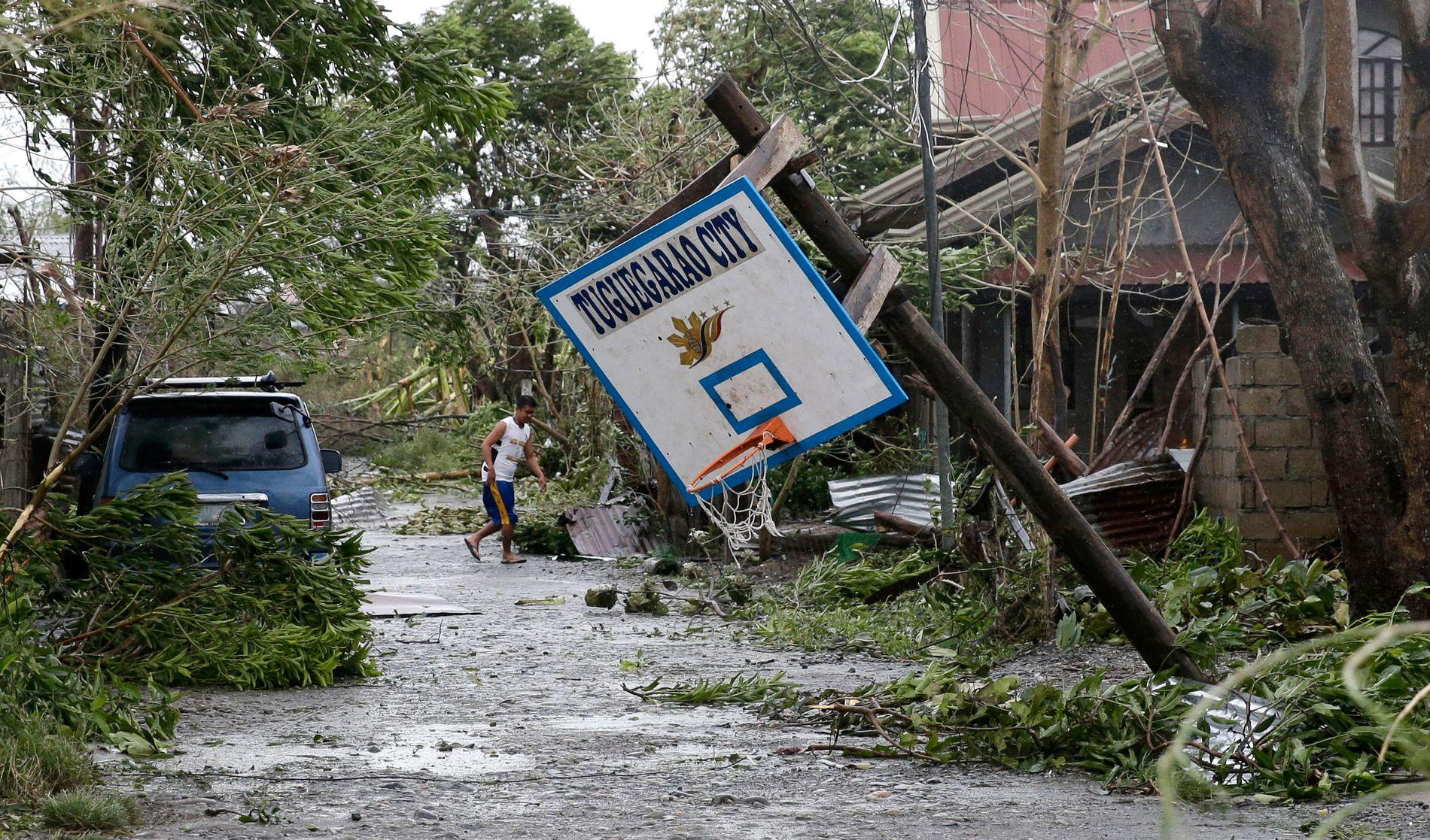 RAMMET: En innbygger går i gaten i Tuguegarao på Filippinene, som ble hardt rammet av tyfonen Mangkhut lørdag.