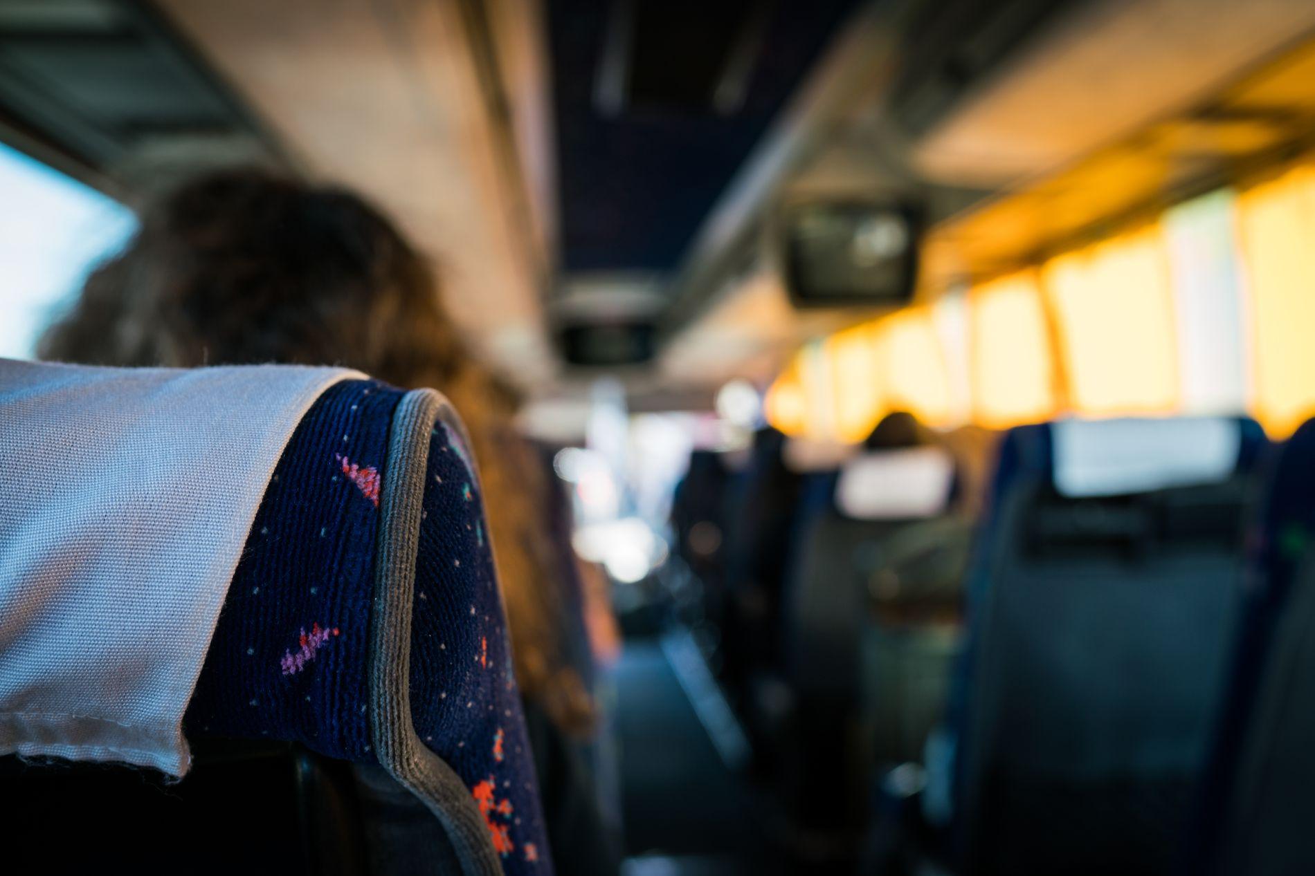 UBEHAGELIG: Jeg satt lenge og tenkte på om jeg skulle snu meg og si at denne samtalen er helt usmakelig, skriver busspassasjeren.