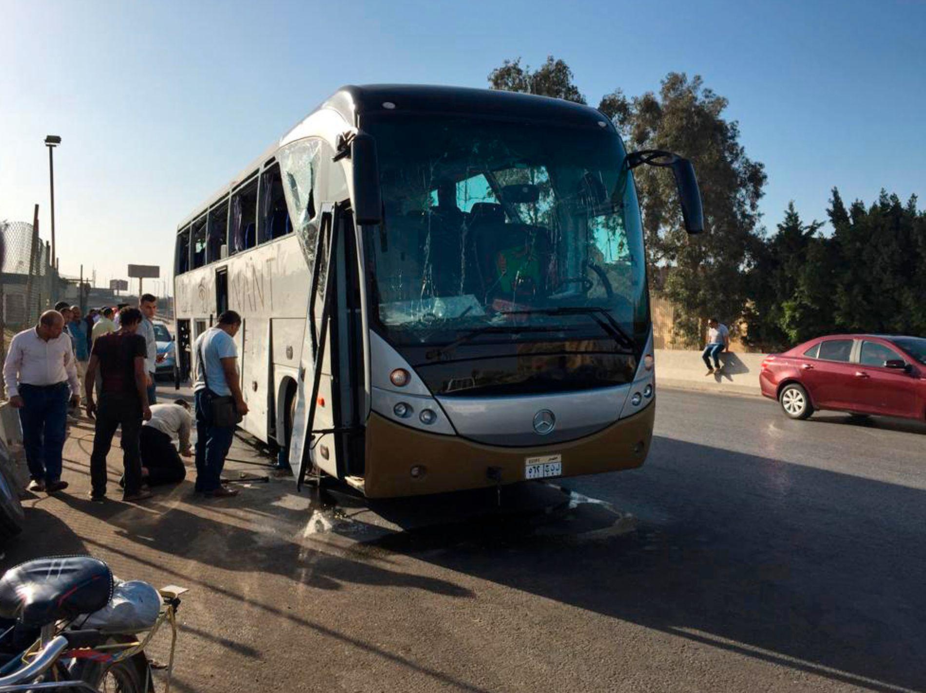 BOMBE: Denne turistbussen fikk vindusruter knust da en bombe eksploderte idet den passerte Giza i Egypt. 17 personer ble såret, men ingen har alvorlige skader.