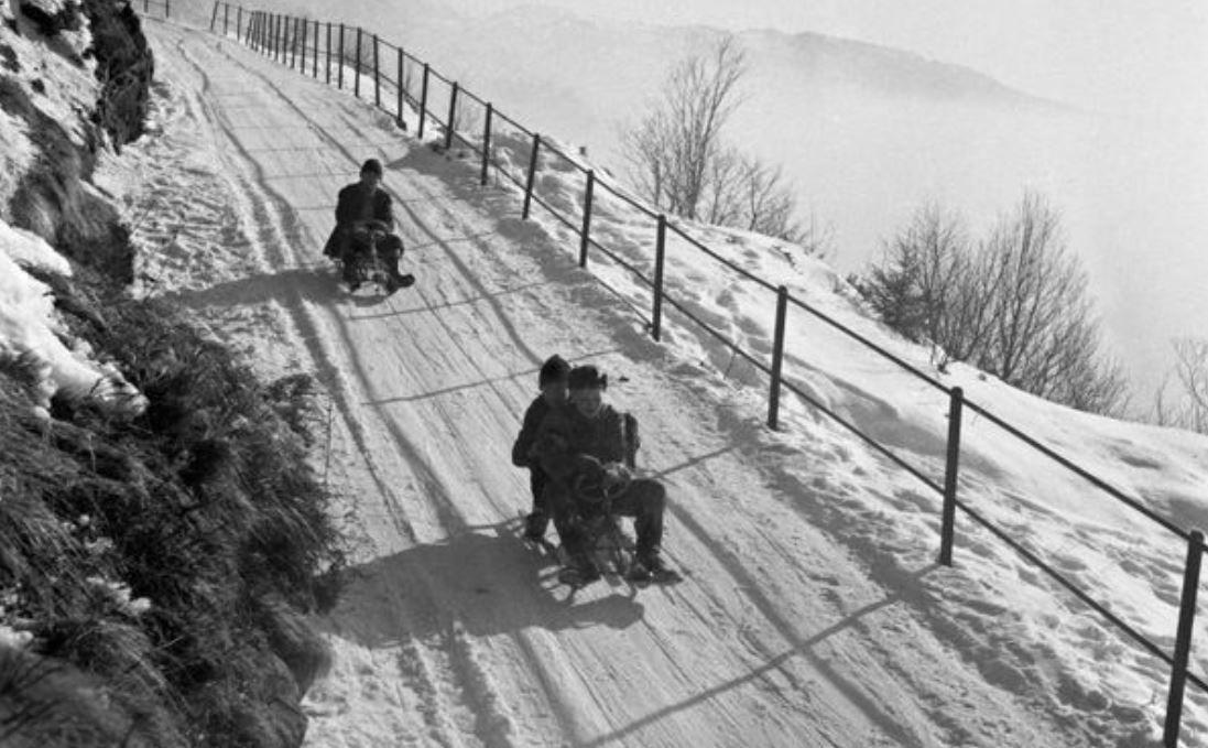 EIAVEI! På rattkjelke ned Kamveien fra Fløyen i mars 1955.