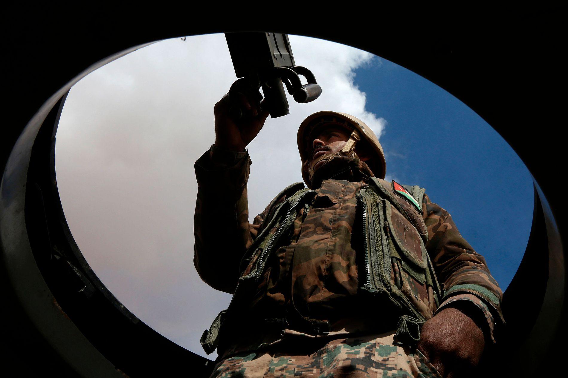 VOKTER GRENSEN: Jordanske soldater står ved grensen mot Syria og sørger for at ingen kommer inn i landet.