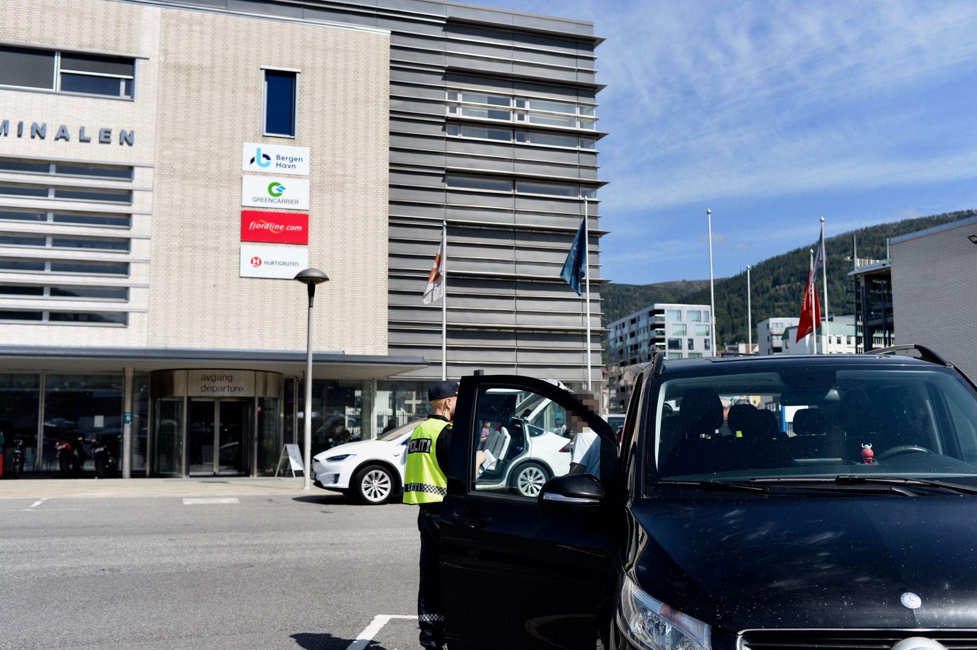 MISTENKT: Både uniformert og sivilt politi sjekker bilen.