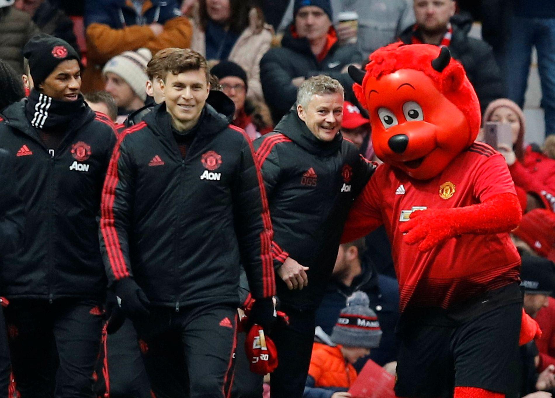 Maskoten Fred the Red virket begeistret over det Ole Gunnar Solskjær har fått til som Manchester United-manager. Nordmannen har vunnet sine fem første kamper som sjef.