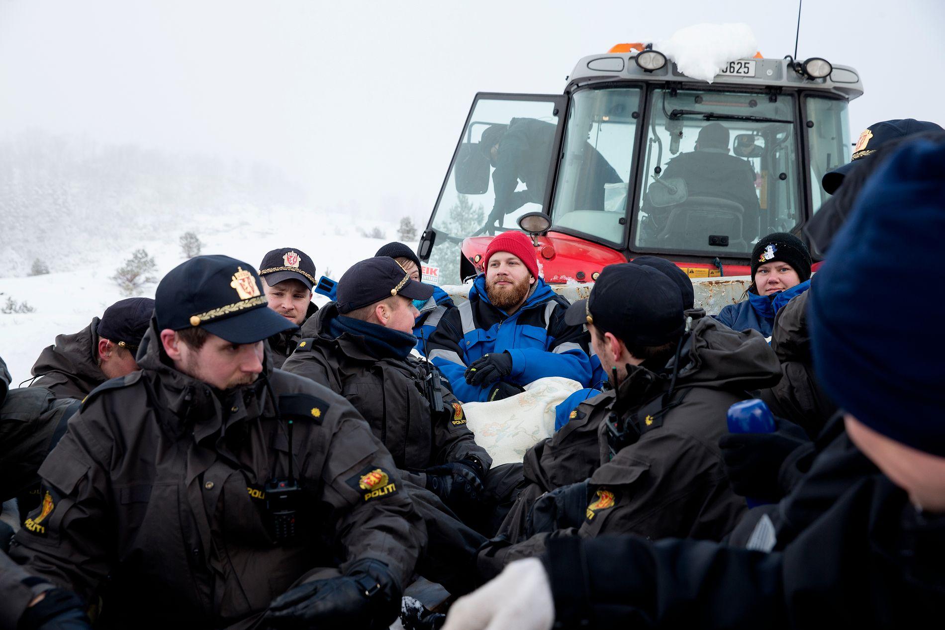 AKSJONER: Planene om dumping har utløst protester i lokalmiljøet. I februar i fjor ble aksjonister pågrepet etter å ha lenket seg fast på Engebøfjellet.
