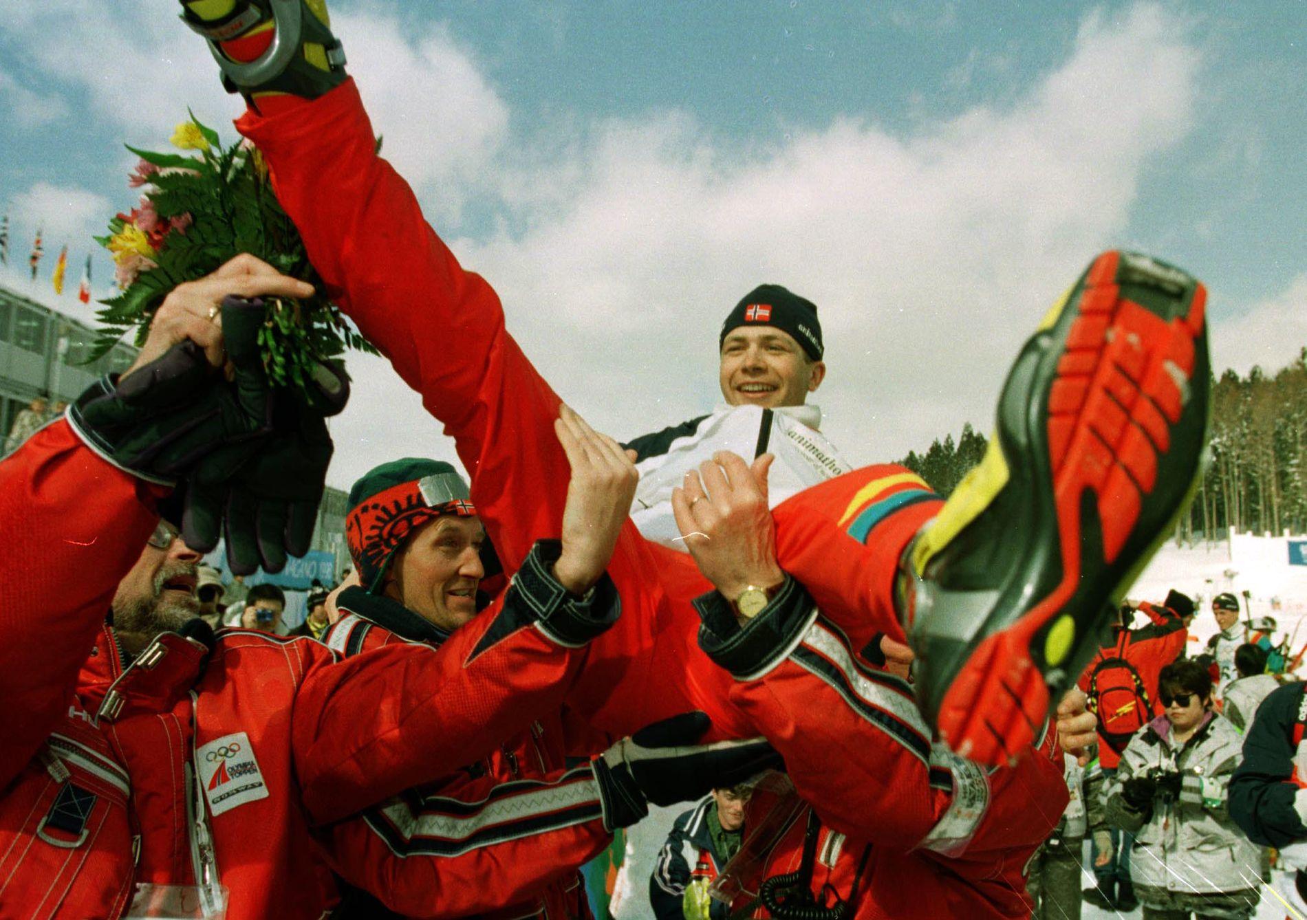 Ole Einar Bjørndalen ble båret på gullstol etter sprintgullet i Nagano i 1998. Bjørndalen var suveren, og vant med ett minutt ned til lagkamerat Frode Andresen.