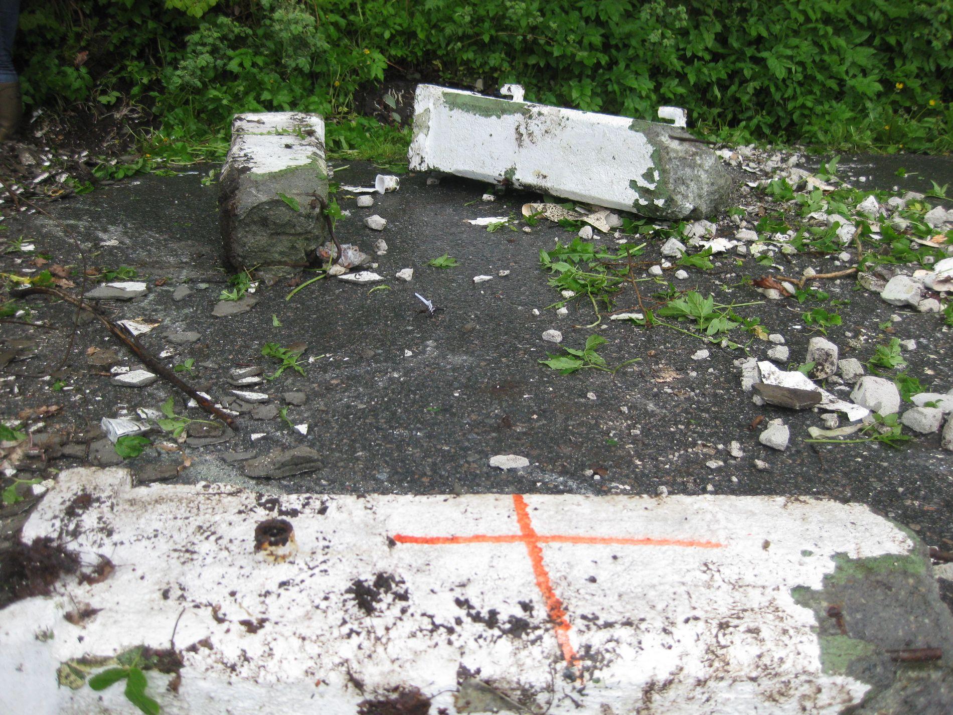 BETONG: Disse store betongsøylene lå slengt i grøftekanten ved kaien i Melkeviken.