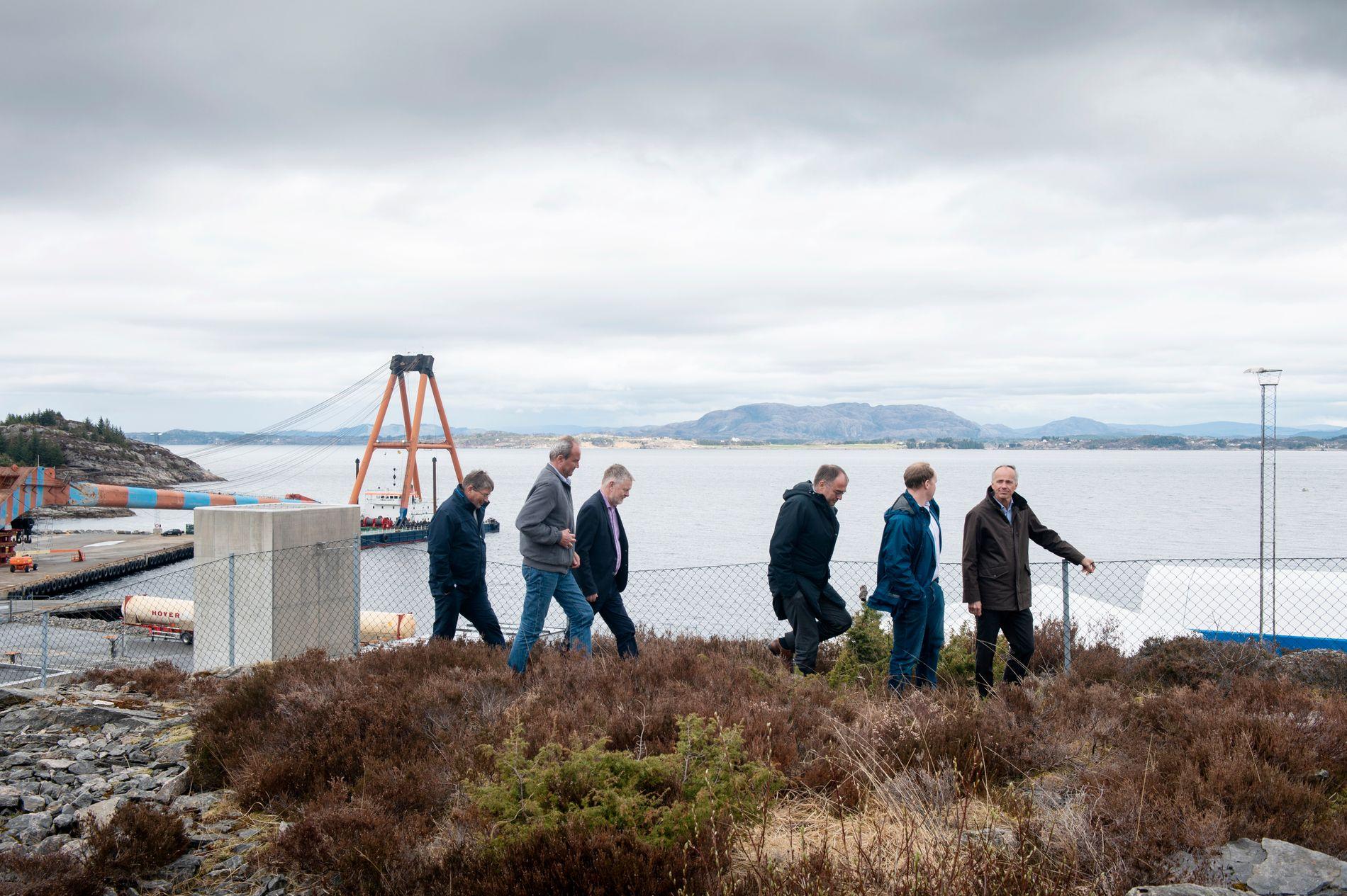 INSPEKSJON: For eit år sidan var representantar frå mellom andre Equinor, Norsk Industri og klimastiftinga Zero på Kollsnes for å sjå området der CO₂ skal førast i land frå skip, og pumpast ut i ein fjellformasjon i Nordsjøen.