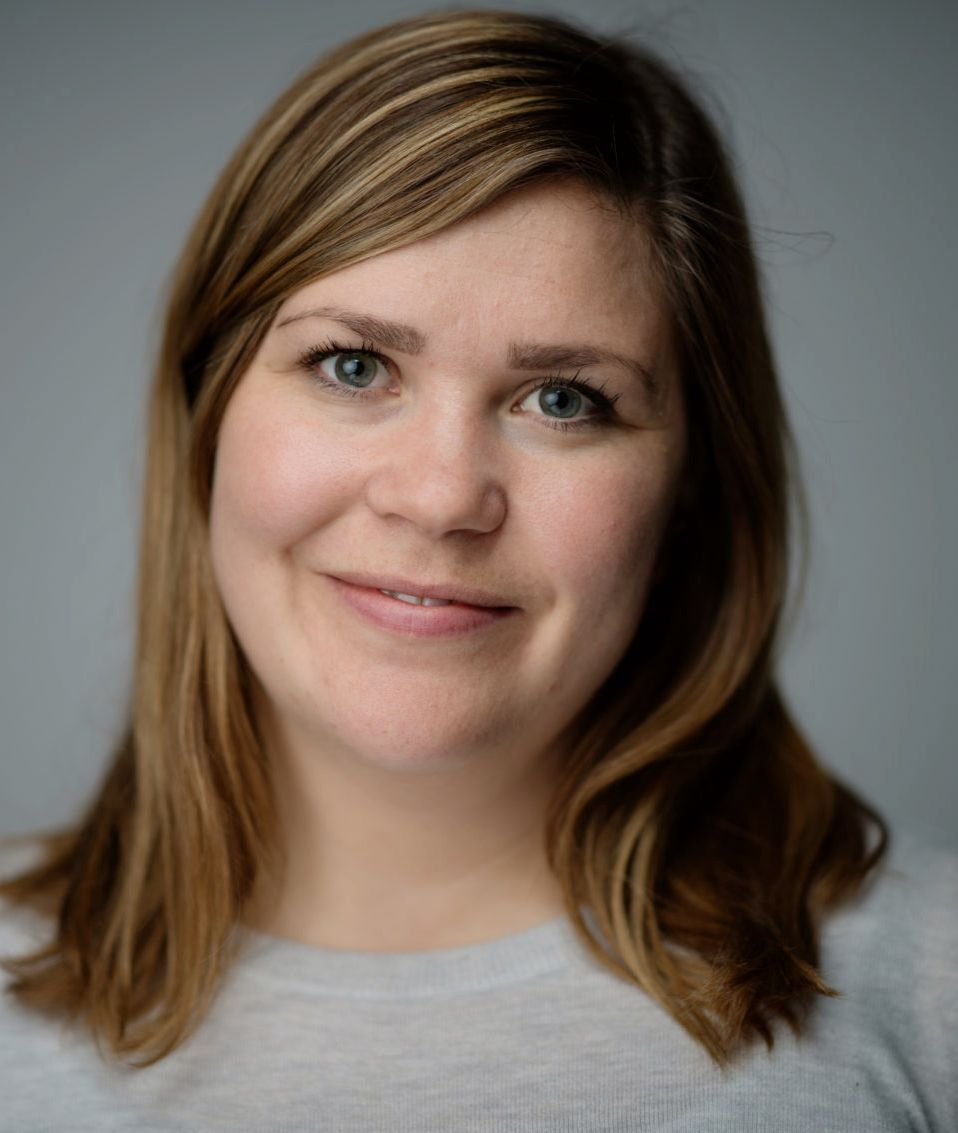 TENK DEG OM: Finansrådgiver Hanna Folkvord i DNB sier at du bør vurdere om flybillettene skal betales med kredittkort.