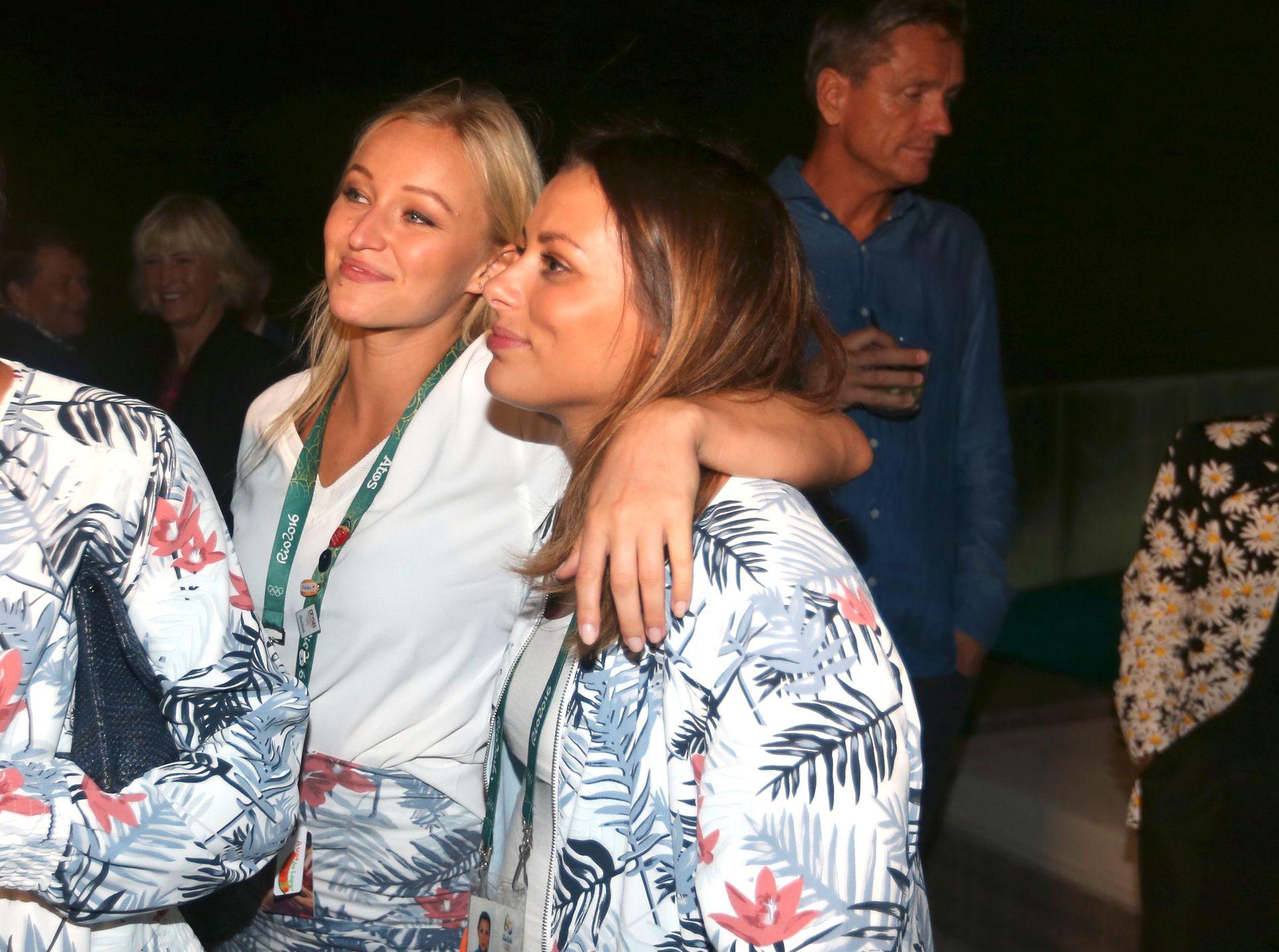 Stine Bredal Oftedal (t.v) og Nora Mørk smilende på den norske banketten i Rio.