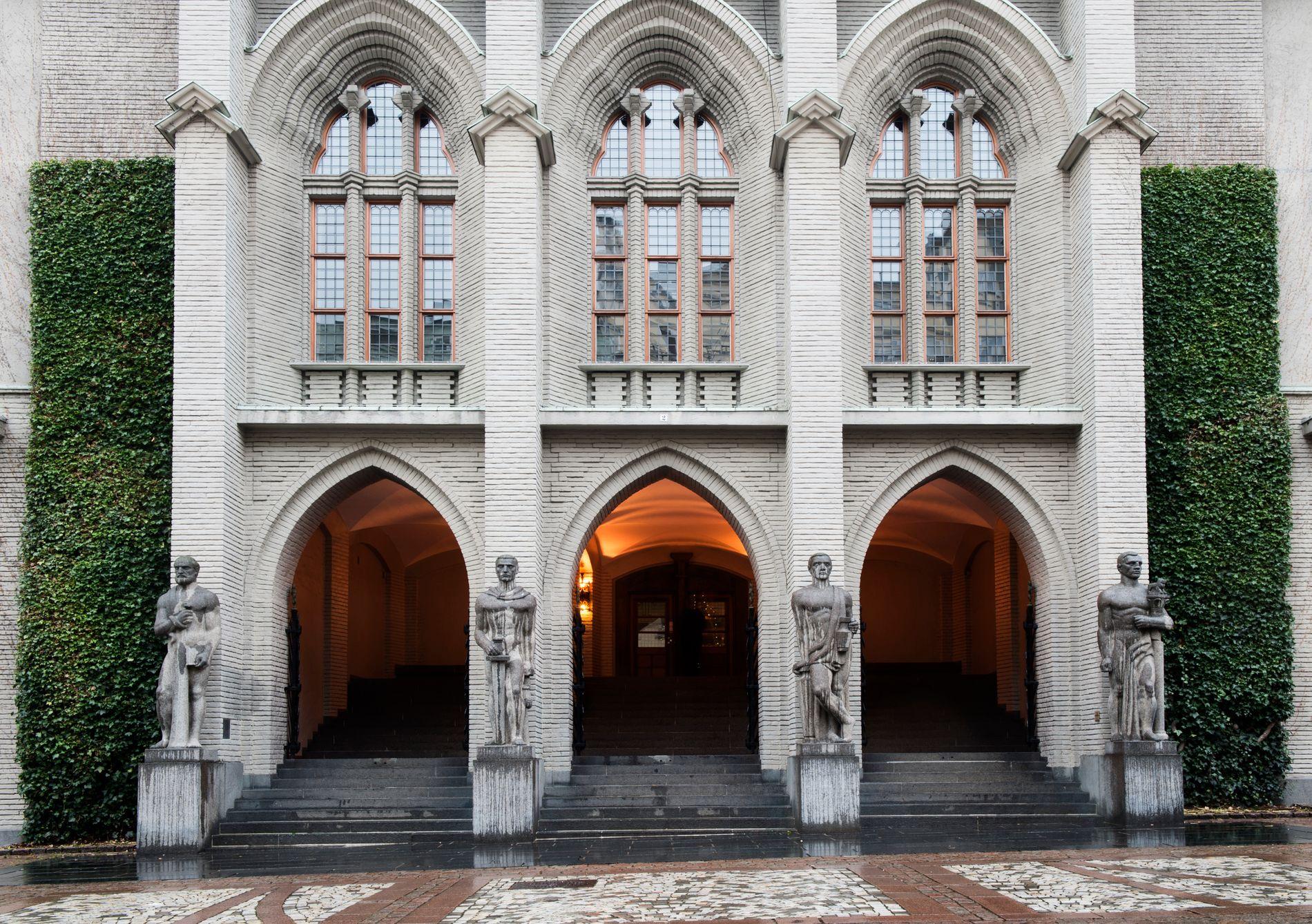 FASADE: Inngangen til Bergen tinghus er utsmykket med fire granittstatuer som skal forestille de såkalte kardinaldydene (visdom, mot, måtehold og rettferdighet). Kilde: Bergen arkitekturguide.