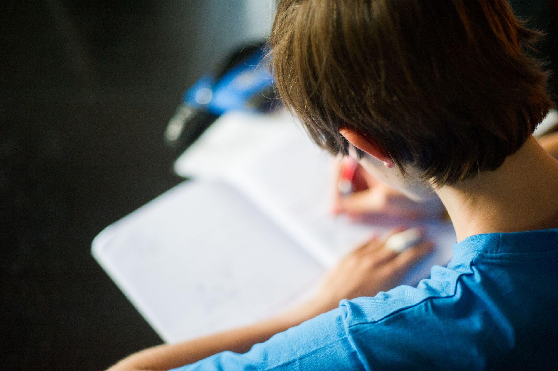 TRANGBODD: Det er vanskelig å få ro til å gjøre lekser når flere søsken bor på samme rom. Barn som vokser opp i lavinntektsfamilier, har økt risiko for en del levekårsutfordringer, skriver innsender.