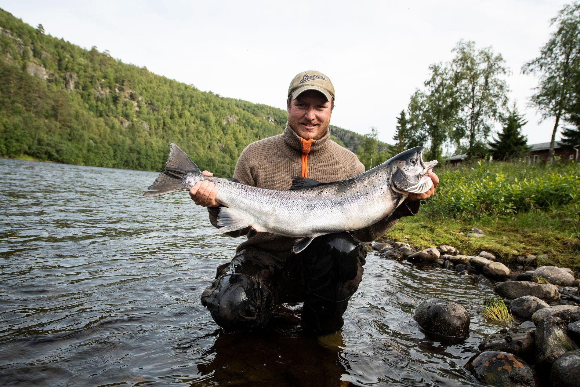 Ole Bull Romsdal med en «mellomstor» alta-laks på 10 kilo. – Det svømmer mange som er mye større her ute, sier han.