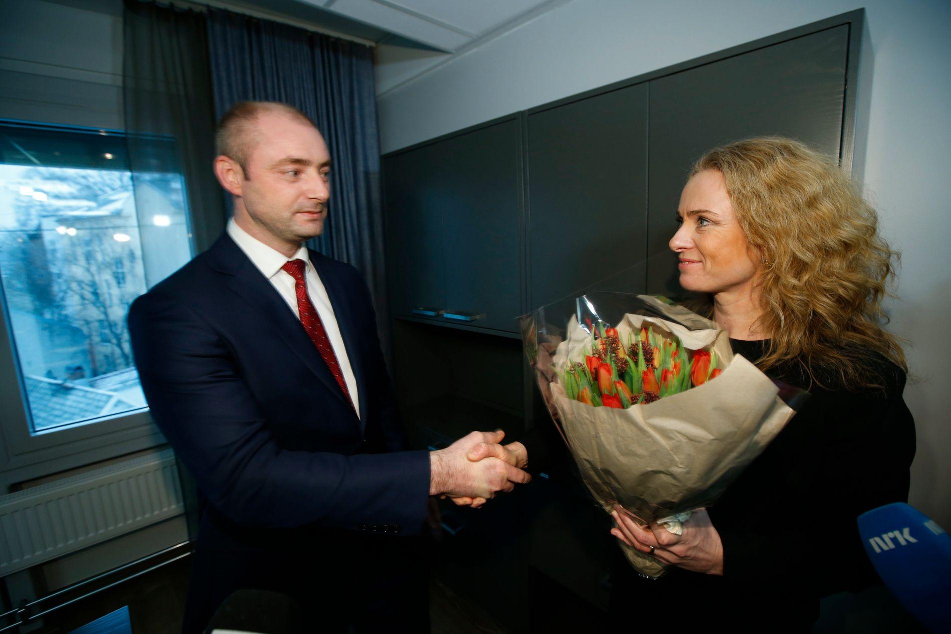 UT DØRA: 16. desember 2015 gjekk Robert Eriksson (Frp) av som arbeidsminister, og Anniken Hauglie (Høgre) tok over. Dei neste seks månadene heva han full statsrådsløn.