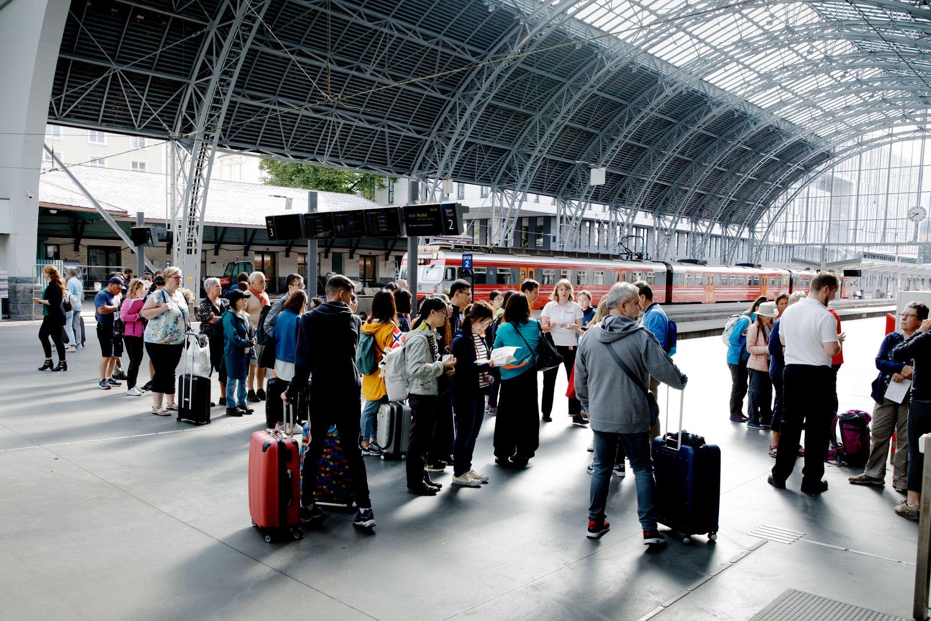 I KØ: Mange turister er rammet av innstillingen på Bergensbanen. Utenfor NSB sin skranke var køen lang i 10-tiden onsdag.