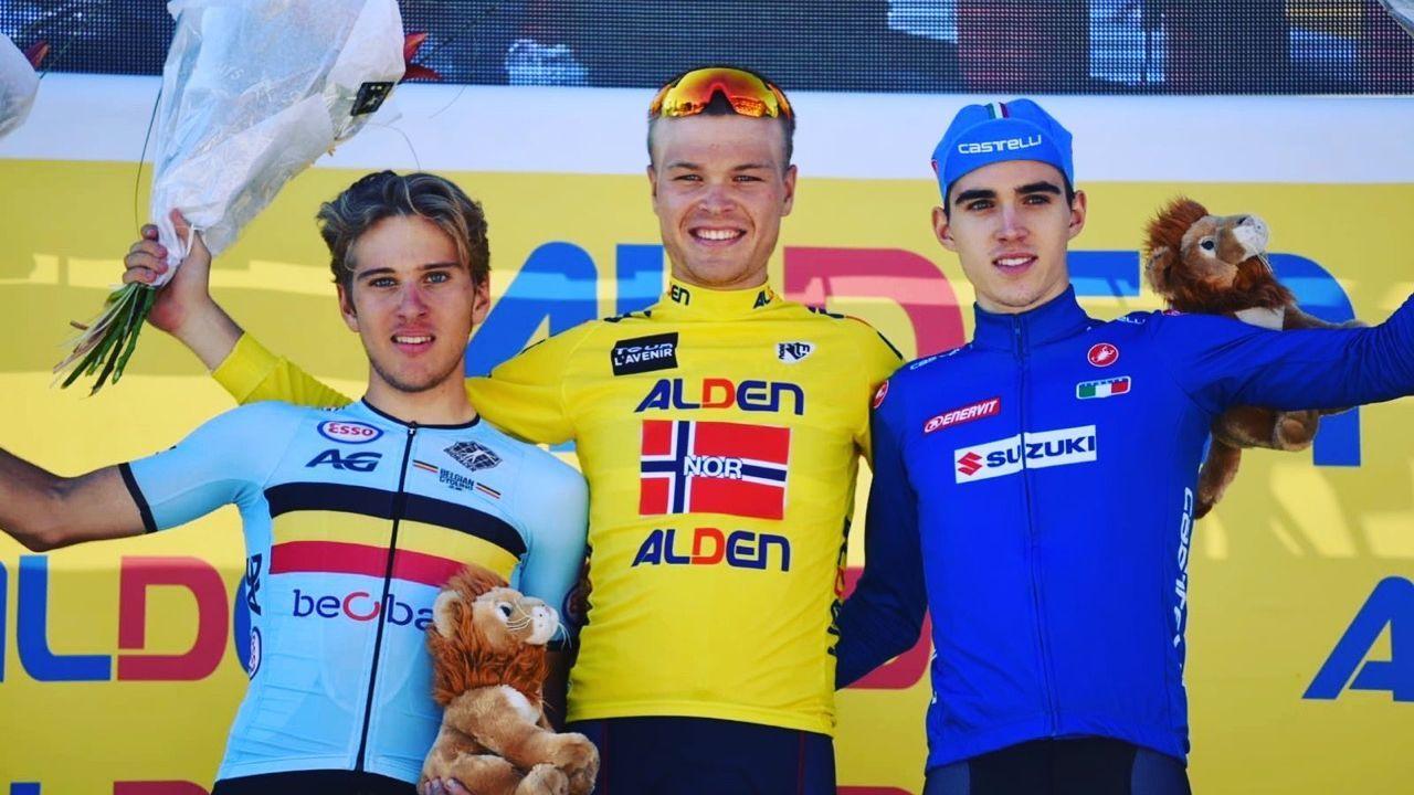 Tobias Foss (i midten) vant rittet som kalles «ungdommens Tour de France» i august.