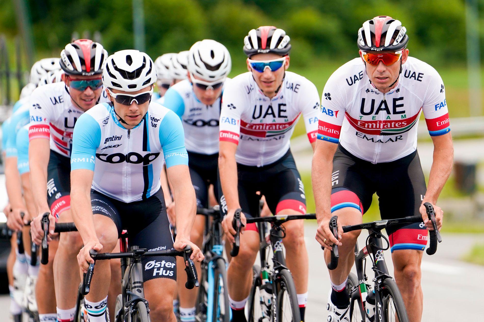 Sven Erik Bystrøm (i midten) henger på hjulet til lagkameraten Alexander Kristoff på trening.