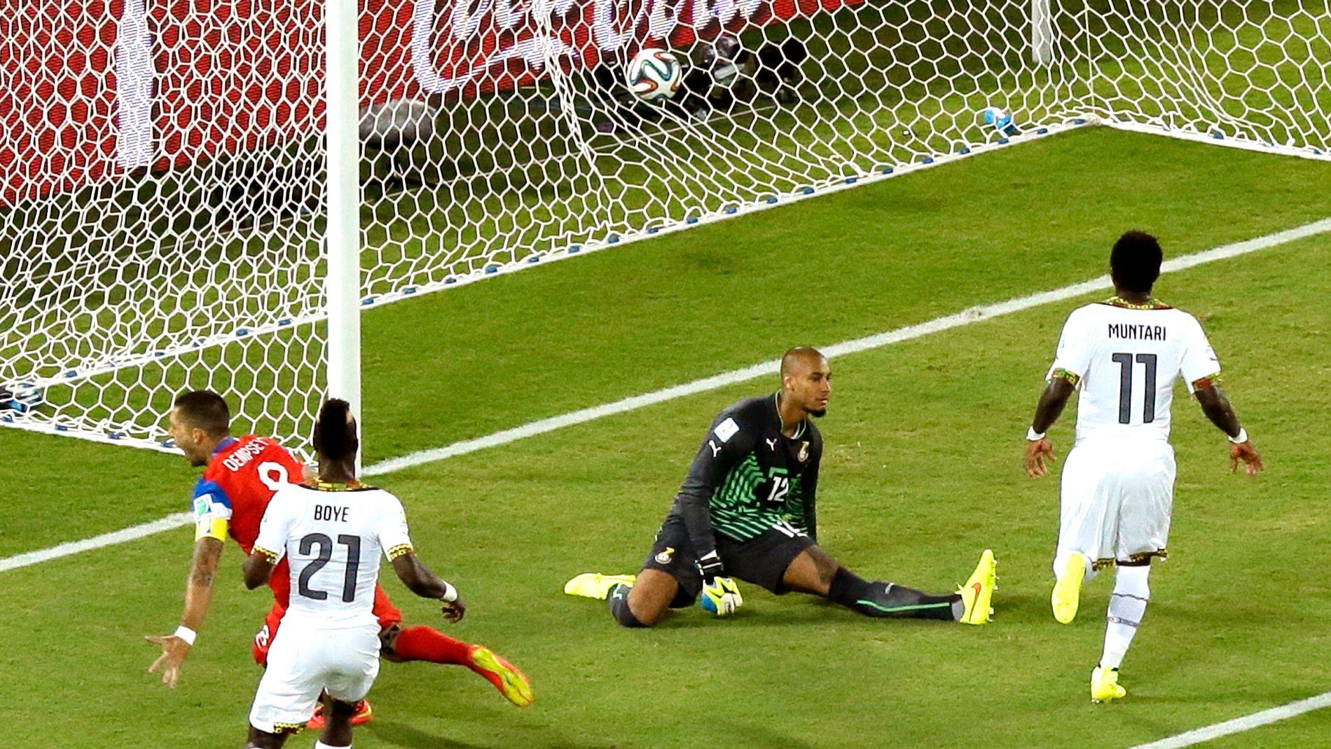 I VM 2014: USAs Clint Dempsey har nettopp satt ballen i mål bak Ghana-keeper Adam Larsen Kwarasey.