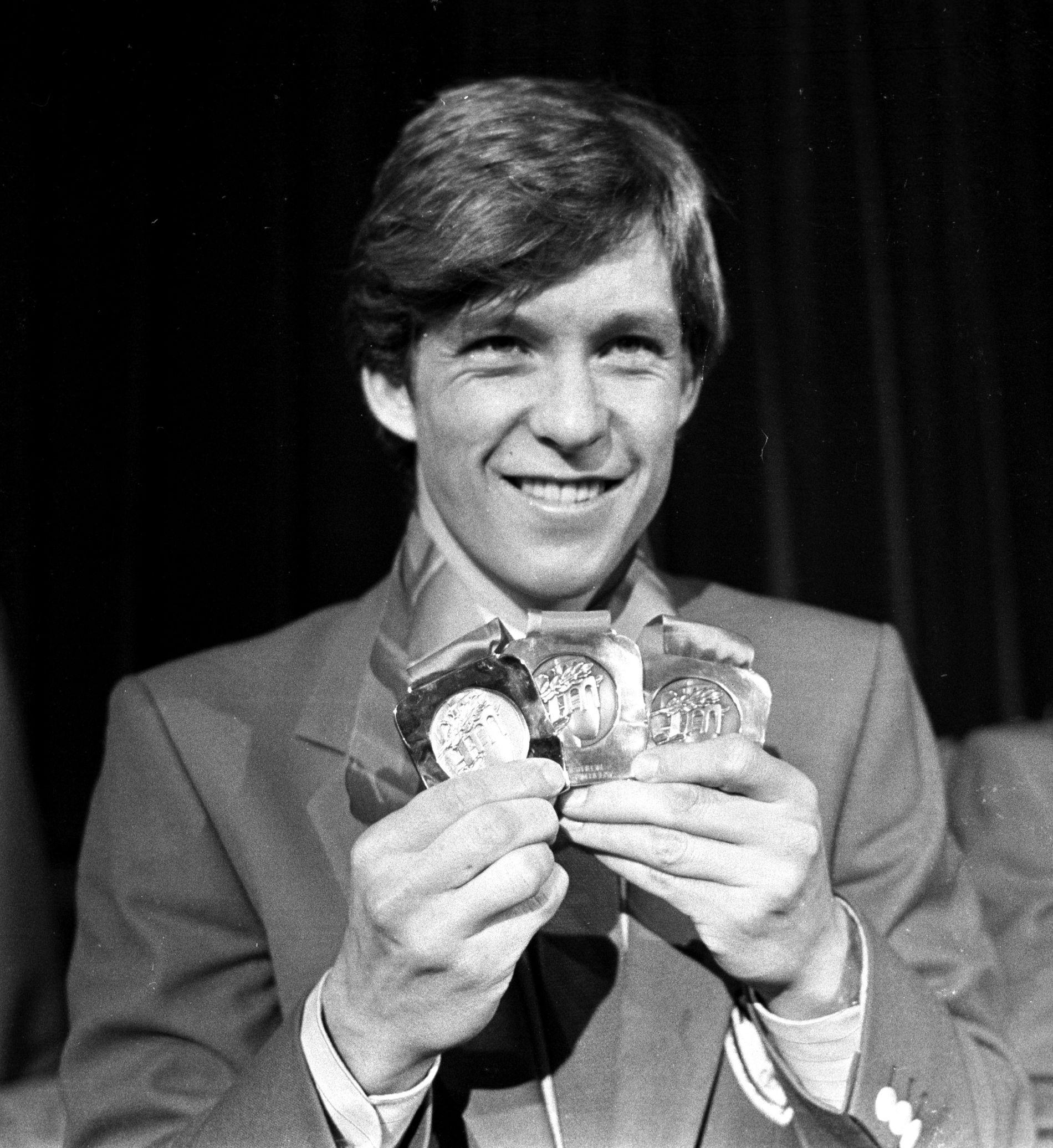 Skiskytterlegenden Eirik Kvalfoss synes Ole Einar Bjørndalen kanskje burde vært med til OL. Her poserer Kvalfoss med gull-, sølv- og bronsemedalje etter OL i Sarajevo i 1984.