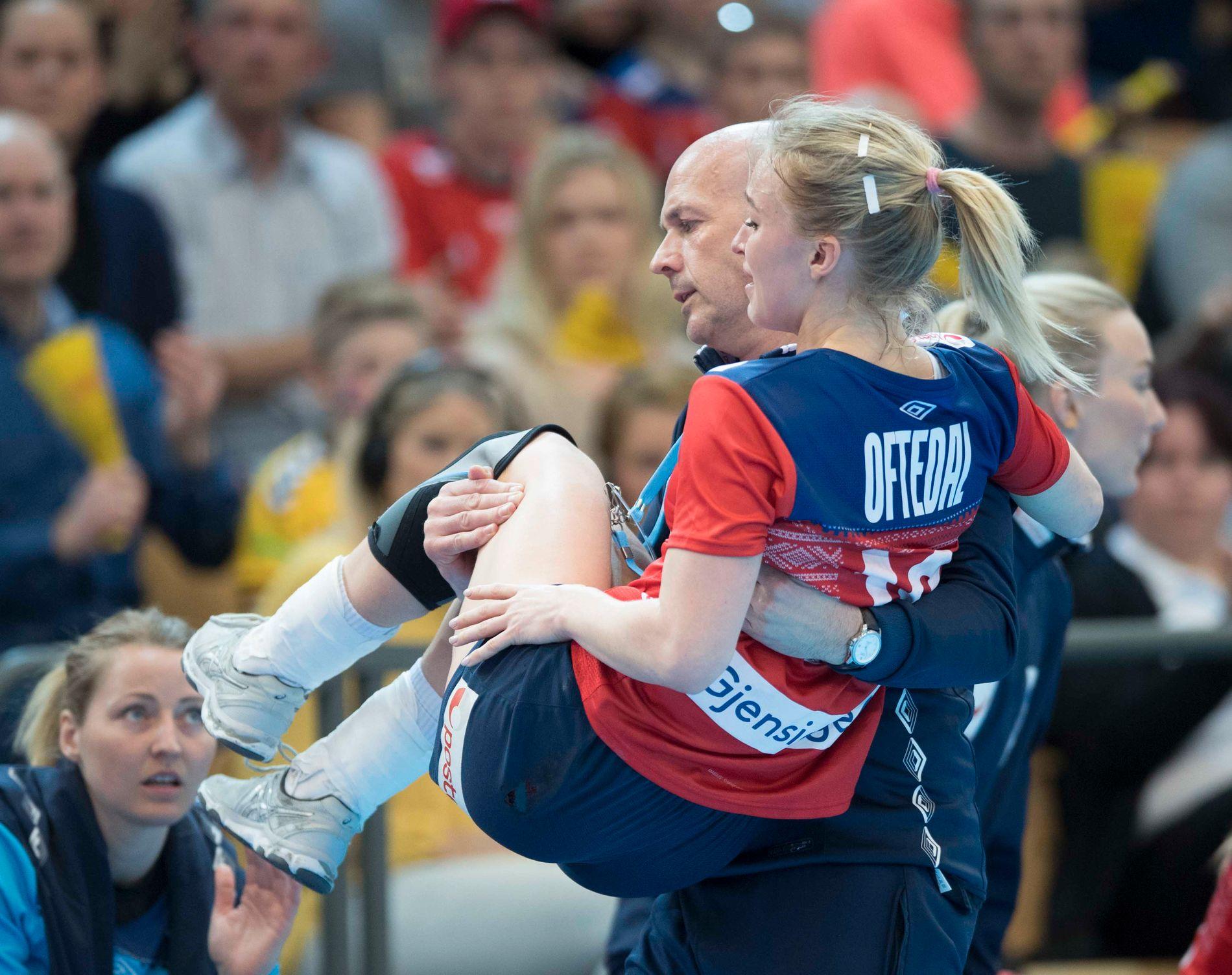 Stine Bredal Oftedal bæres gråtende bort etter at hun fikk et kraftig overtråkk i kvalifiseringskamp mot Kroatia på hjemmebane i mars.