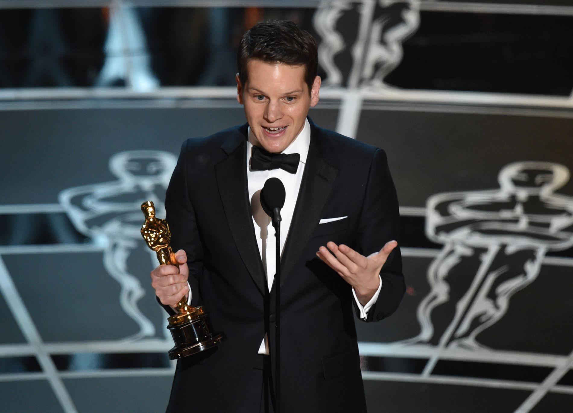 HYLLET FOR TAKKETALEN: Graham Moore, som har skrevet manus til «The Imitation Game», holdt en rørende takketale da han tok imot Oscar-statuetten natt til mandag norsk tid.
