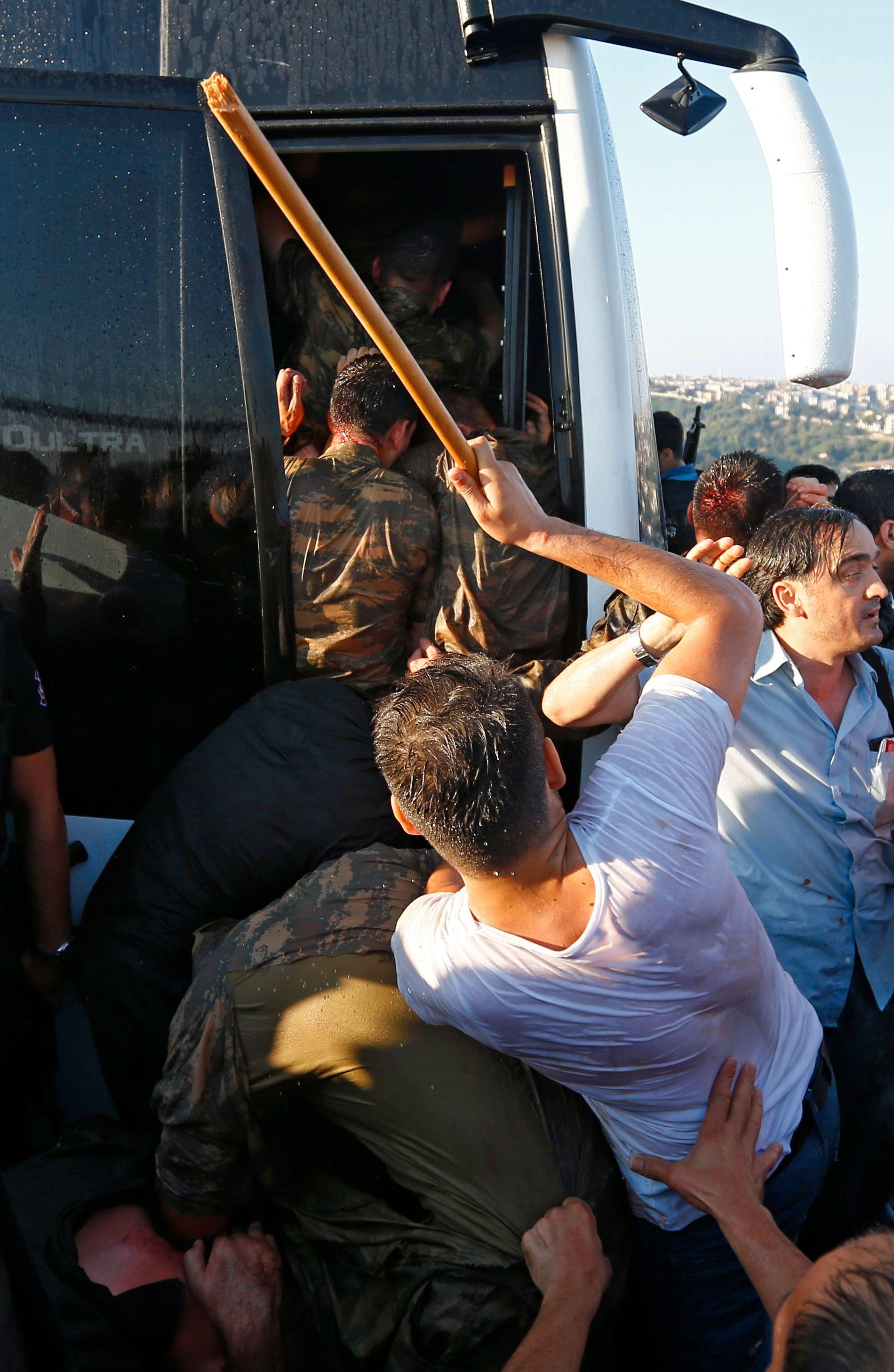 SLÅTT: Militære blir slått etter kuppforsøket i natt.