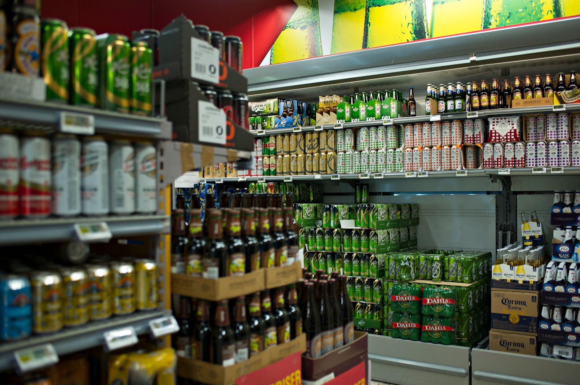 VANSKELIGERE: Barn vil få det enda vanskeligere hvis alkohol mamma eller pappa kan kjøpe øl når de fyller bensin på bilen, eller når de er en tur innom kiosken, skriver Pernille Husebye.