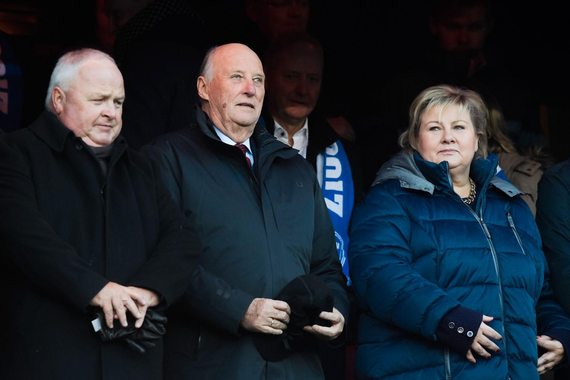 Kong Harald så kampen sammen med statsminister Erna Solberg og fotballpresident Terje Svendsen.