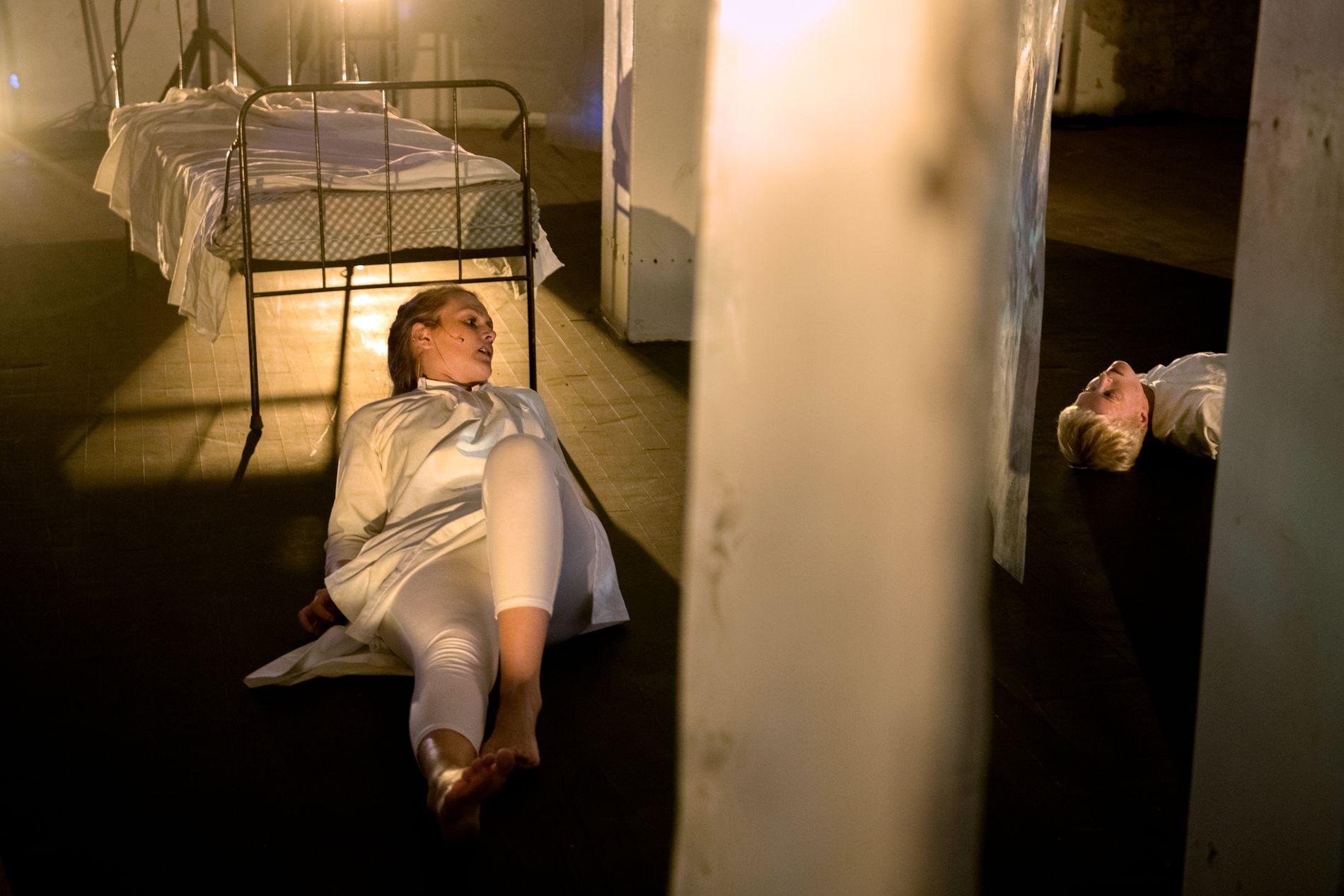 SKREKK TIL BERGEN: Regissør Jeff Pedersen Harastølen har tidligere satt opp «skrekkteater» i Luster. Nå bringer han skrekkteateret til Bergen. Her ser vi skuespiller Marte Paulsen og danser Berit Einemo Frøysand.