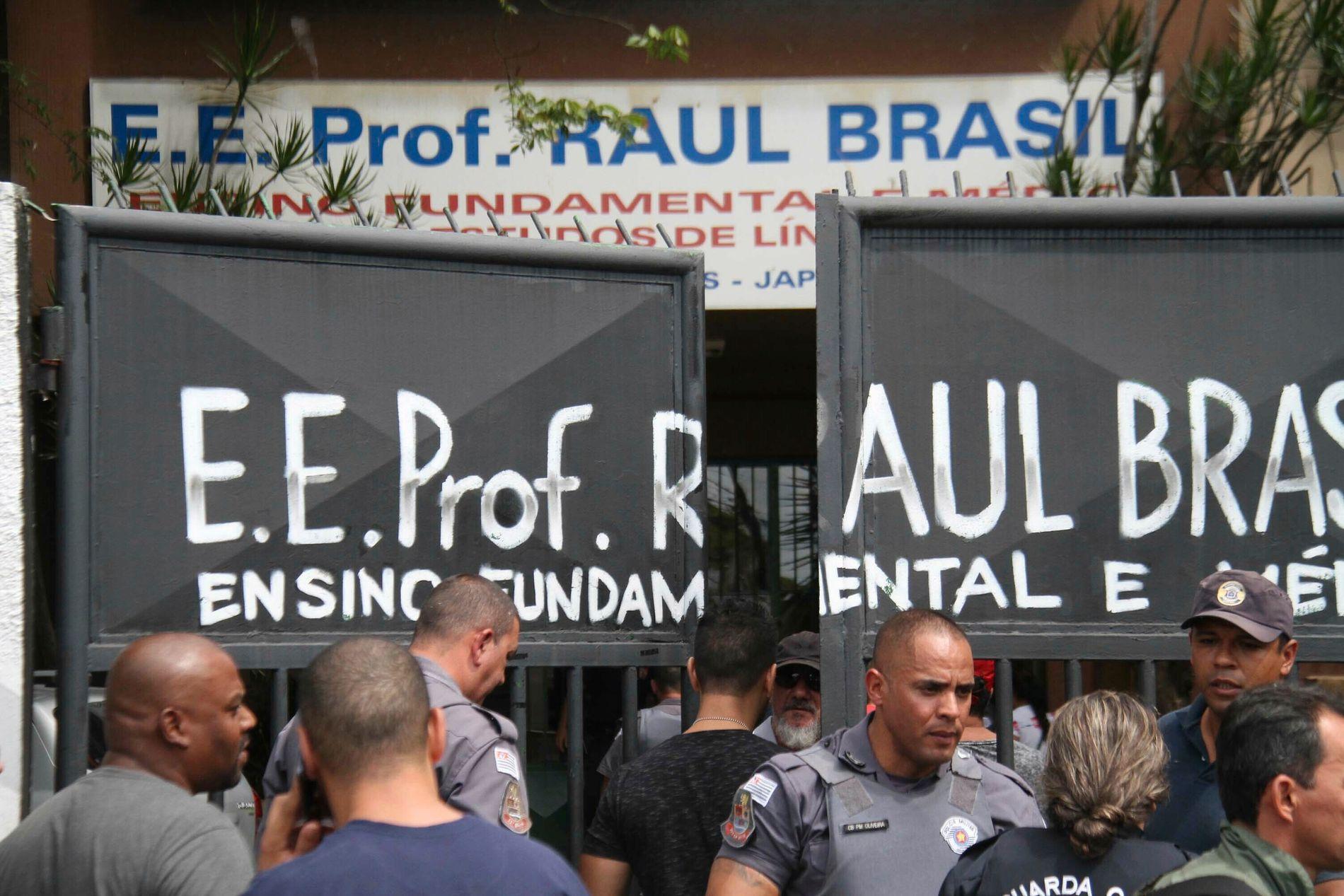 Politi holder vakt ved inngangen til skolen Raul Brasil i Suzano i São Paulo. Foto: Mauricio Sumiya / Futura Press via AP / NTB scanpix