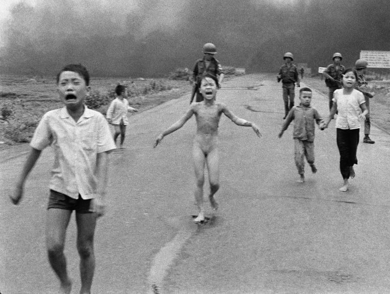 FACEBOOK SENSURERER: Dette er Nick Uts berømte foto «Napalm Girl», tatt 8. juni 1972 under Vietnamkrigen. «Hvis du deler denne artikkelen på Facebook, er det interessant å se hvor lenge den får bli liggende i feeden din», skriver Frode Bjerkestrand.