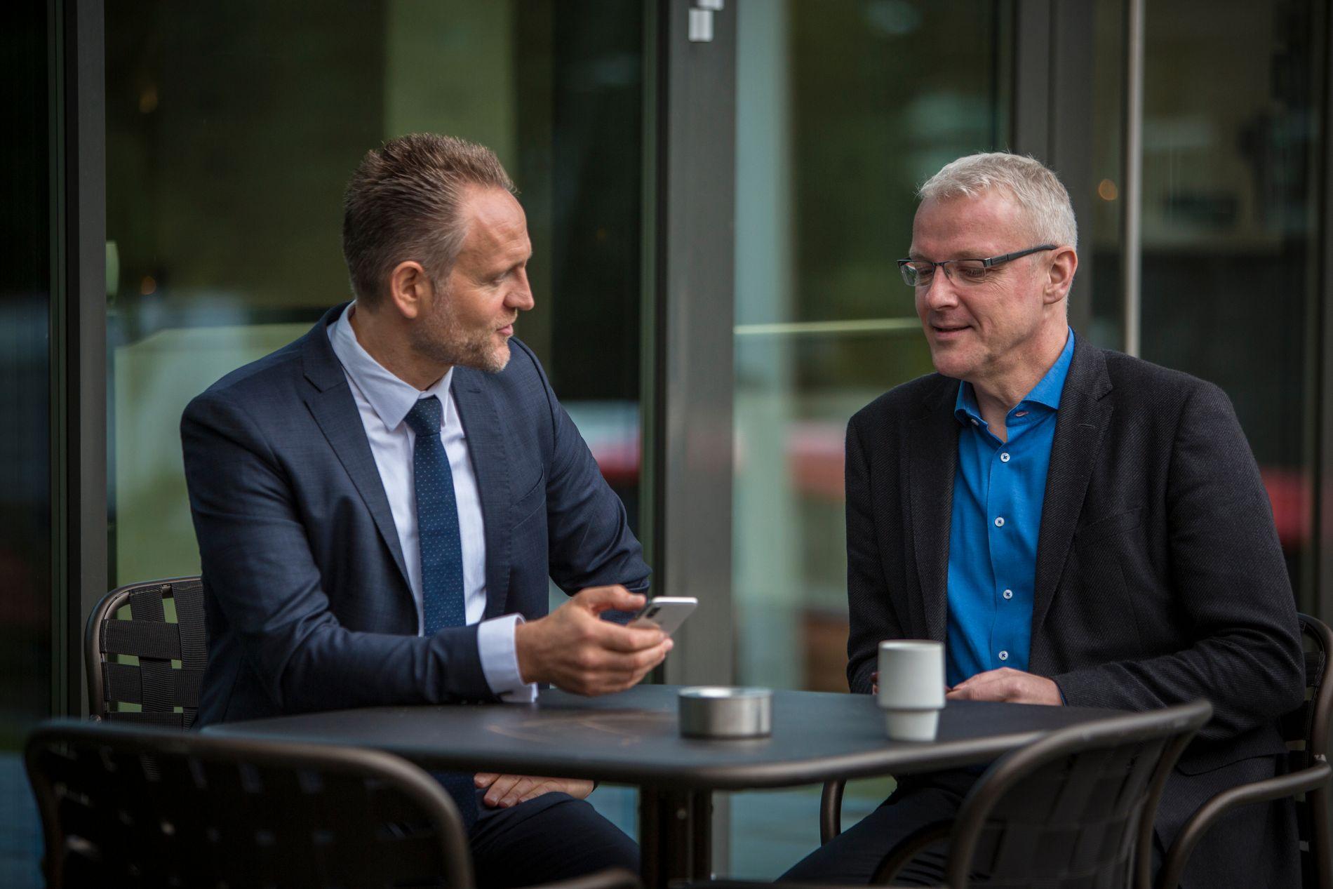 LITEN BØRSRESPONS: «Etablerer neste generasjons bank, kun på mobil», het det i børsmeldingen onsdag. Kursen rikket seg imidlertid ikke. Her er adm.dir. Jan Erik Kjerpeseth (til v.) sammen med mobilbankens leder Torvald Kvamme.