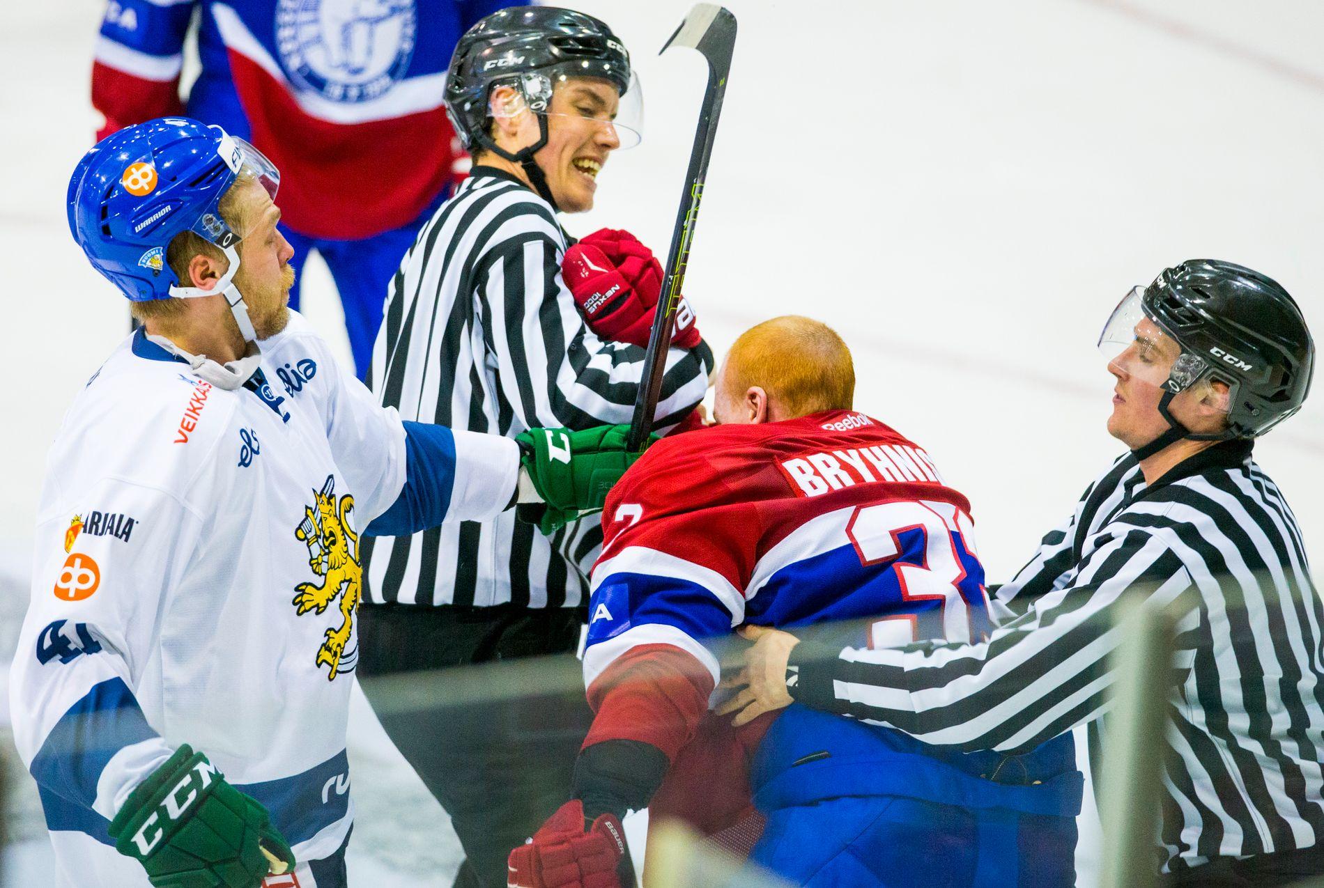 Nicolai Bryhnisveen sloss med Finlands Antti Tyrväinen (t.v.) under privatlandskampen i ishockey mellom Norge og Finland i Sparta Amfi fredag kveld.