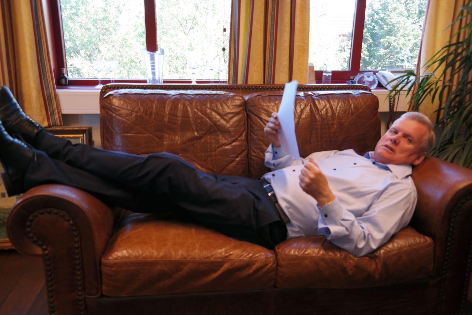 TENKJEPAUSE: Helge Møgster tenkjer best i liggjande stilling på tosetaren på kontoret på Storebø.